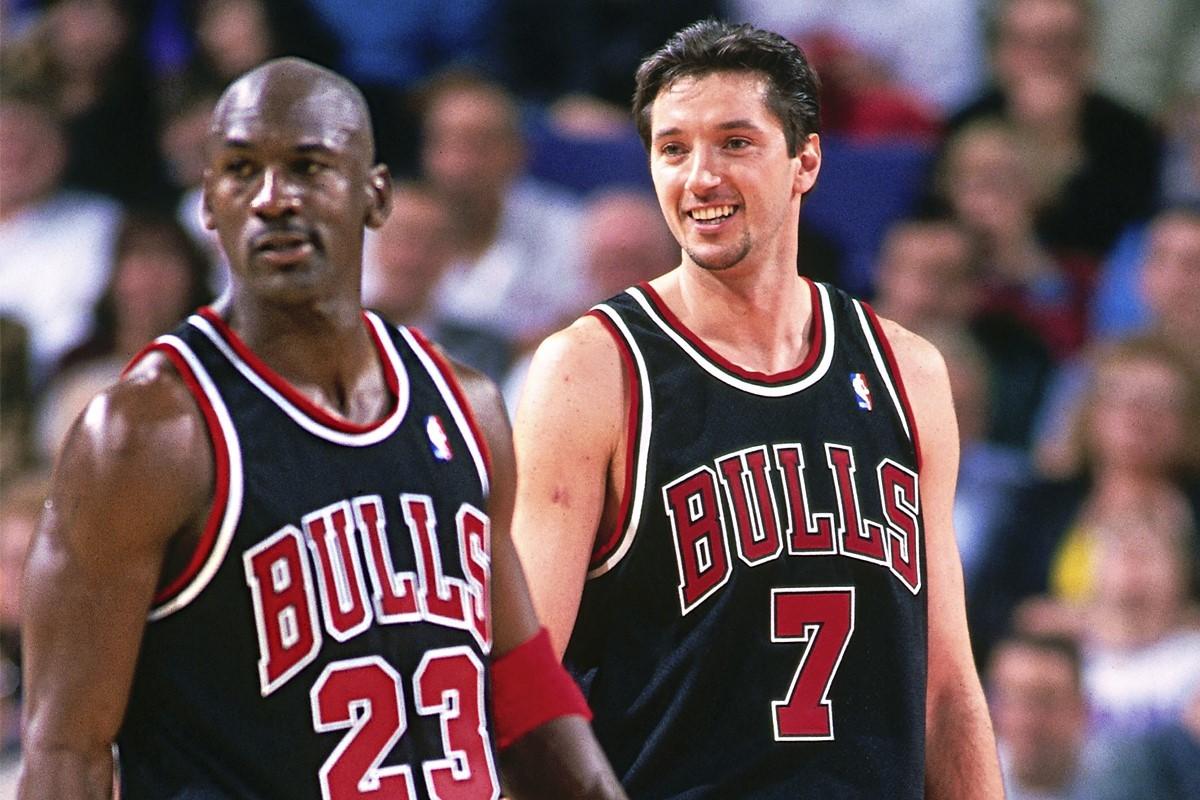 Jordan y Kukoc, durante un partido de los Bulls en 1997.