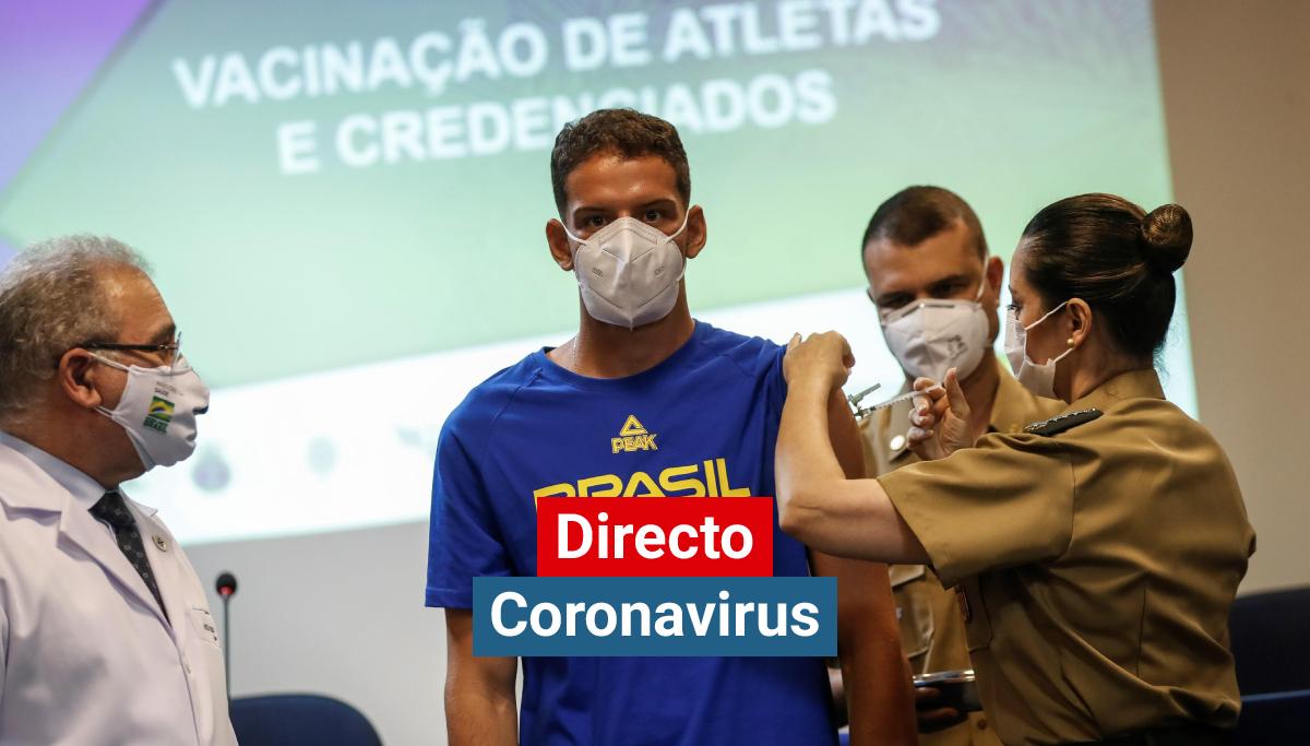 El atleta brasileño de tiro, Marcus Vinícius de Almeida, recibe de una militar del ejercito brasileño la vacuna de Pfizer contra el coronavirus durante una jornada de vacunación para atletas olímpicos y paralímpicos rumbo a Tokio 2020 hoy, en Río de Janeiro (Brasil).