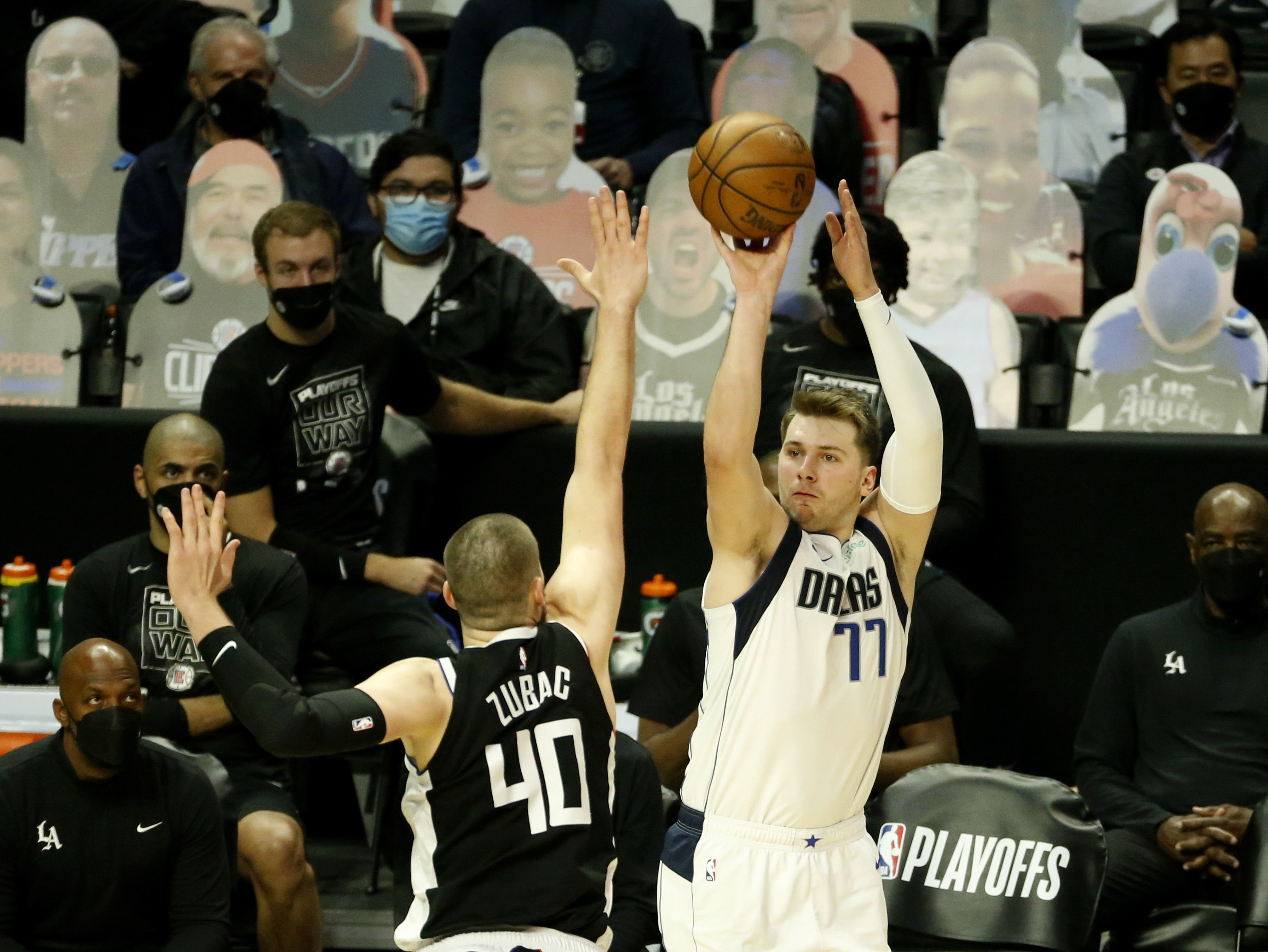 Doncic lanza a canasta ante los Clippers.