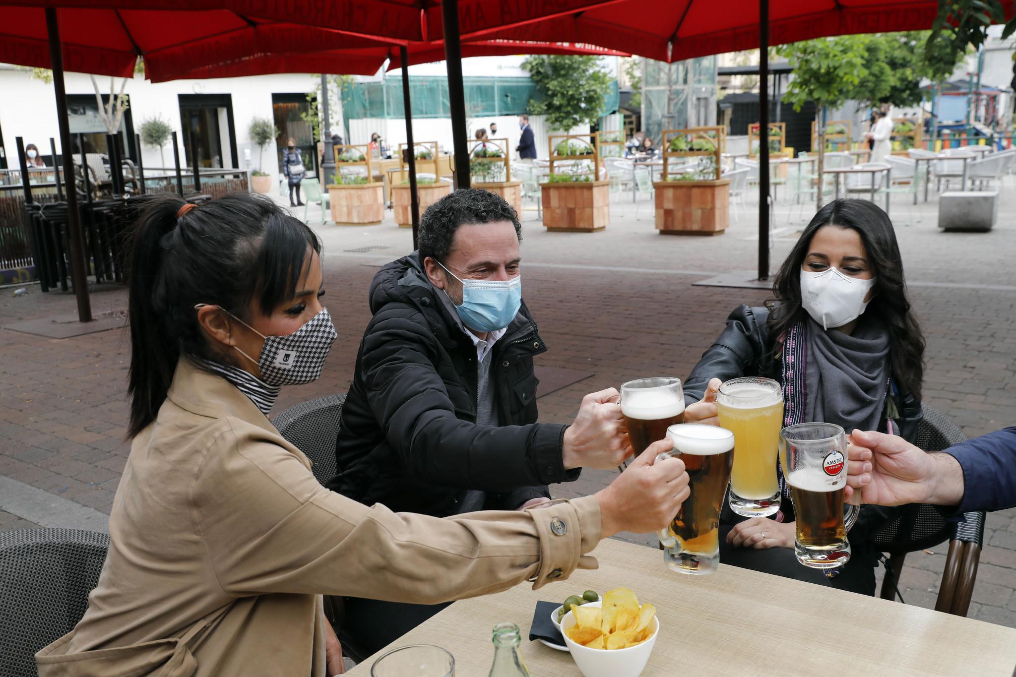 Edmundo Bal, entre Inés Arrimadas y Begoña Villacís, tomando una cerveza en la Plaza de Santa Ana.