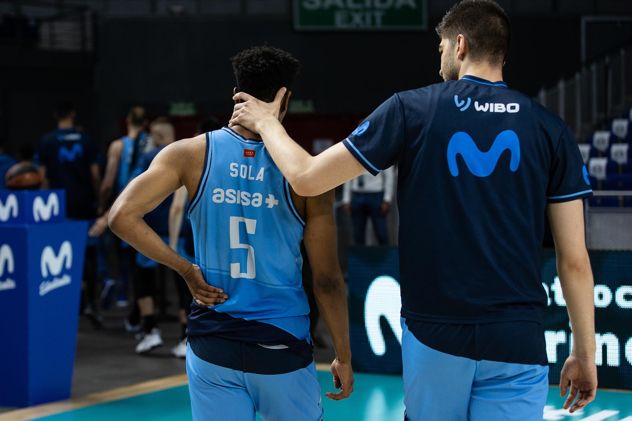 Adam Sola, consolado por un compañero tras perder ante el Burgos.