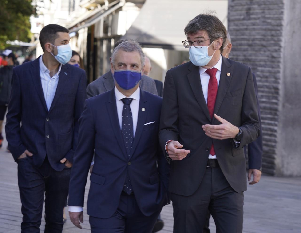 El lehendakari Urkullu acompañado por el alcalde de Vitoria Gorka Urtaran tras rubricar un acuerdo sobre la capitalidad del País Vasco.