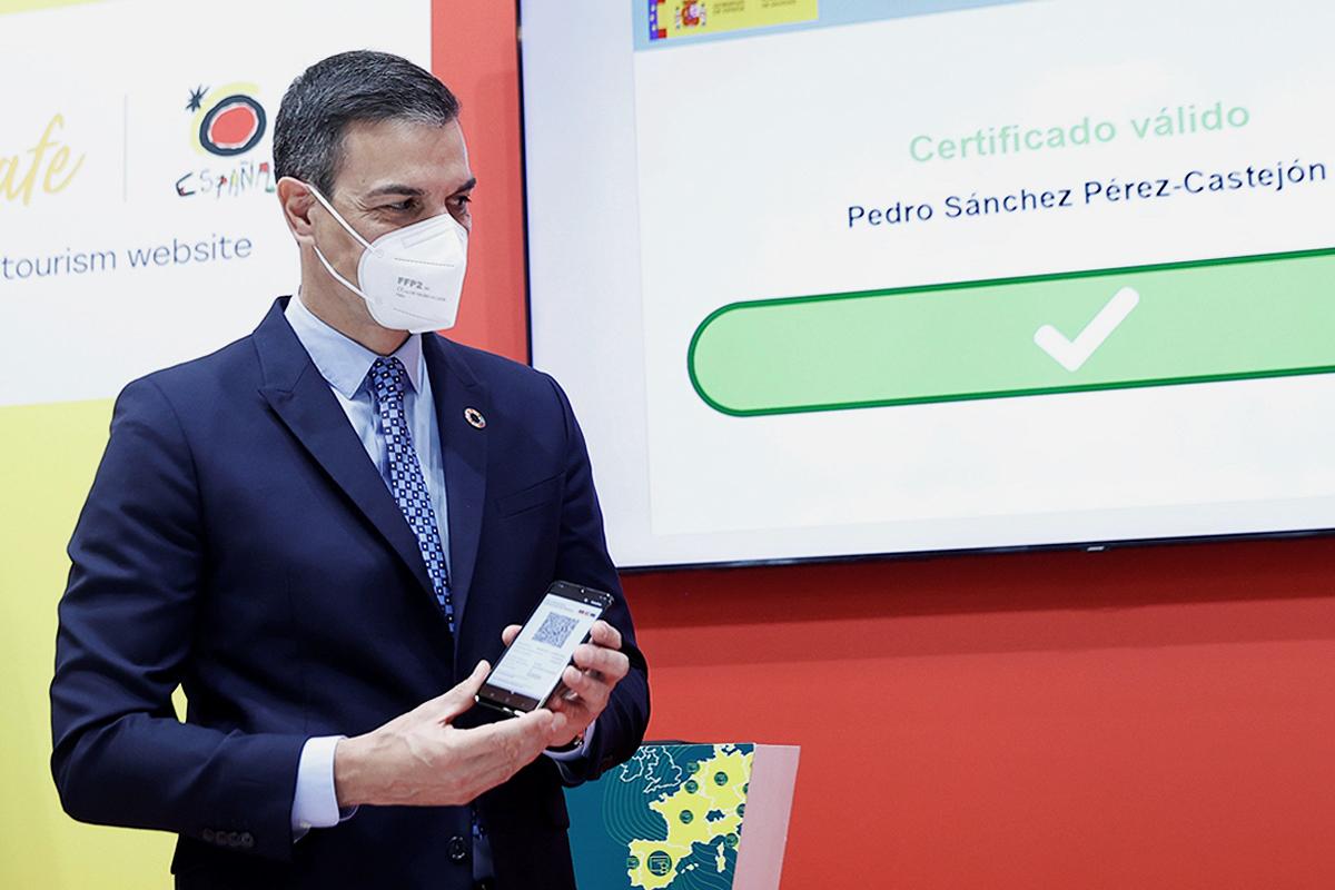 El presidente del Gobierno, Pedro Sánchez, muestra su certificado verde digital en Fitur