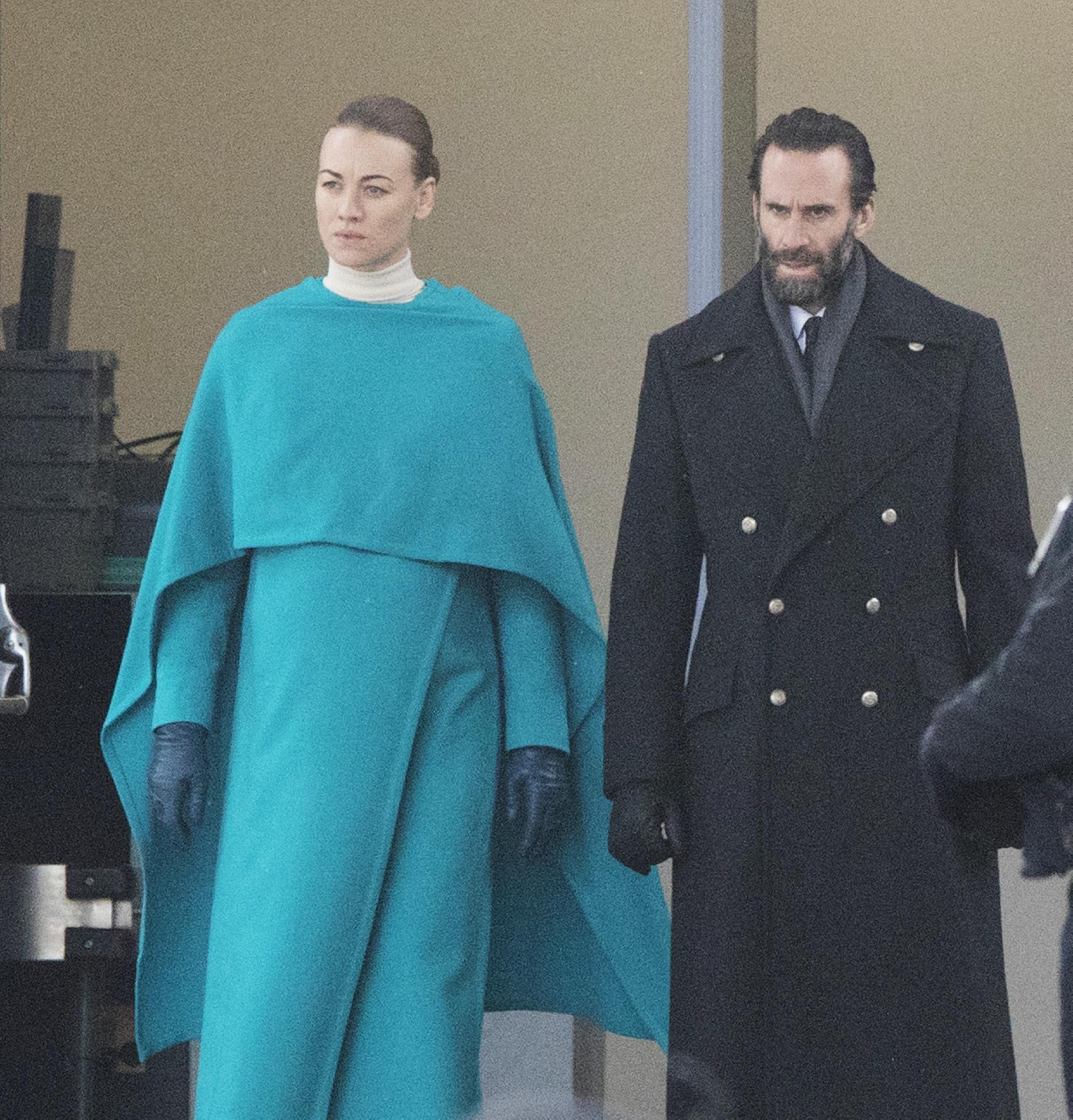 El actor, junto a Yvonne Strahovski, que interepreta a su esposa en la serie.