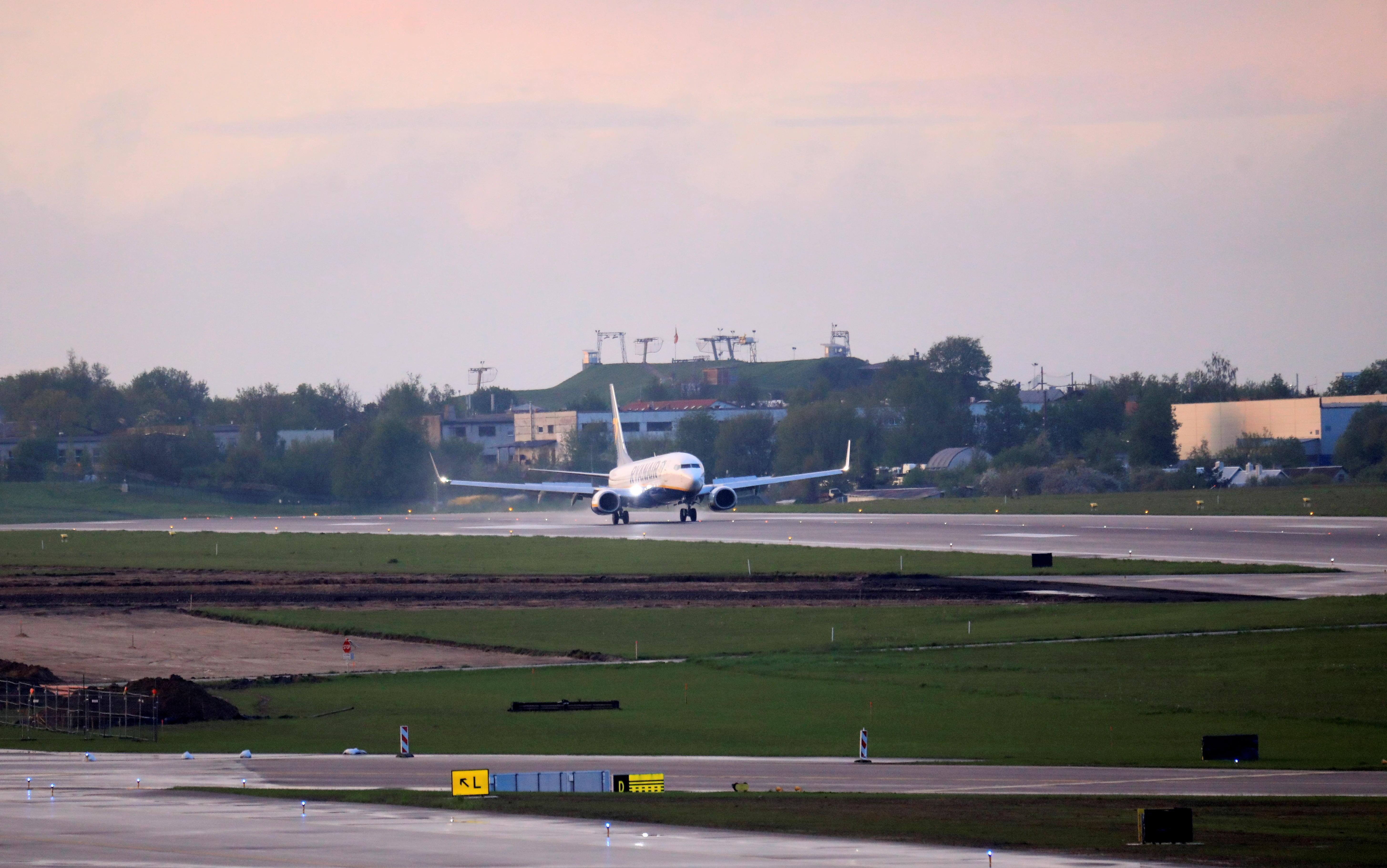 Un avión aterriza en el aeropuerto de Minsk.