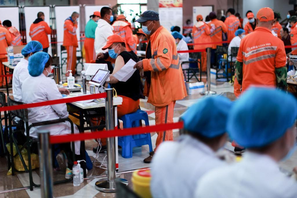 Colas de gente esperando a recibir una de las vacunas chinas en Shenyang, en el noreste del país.