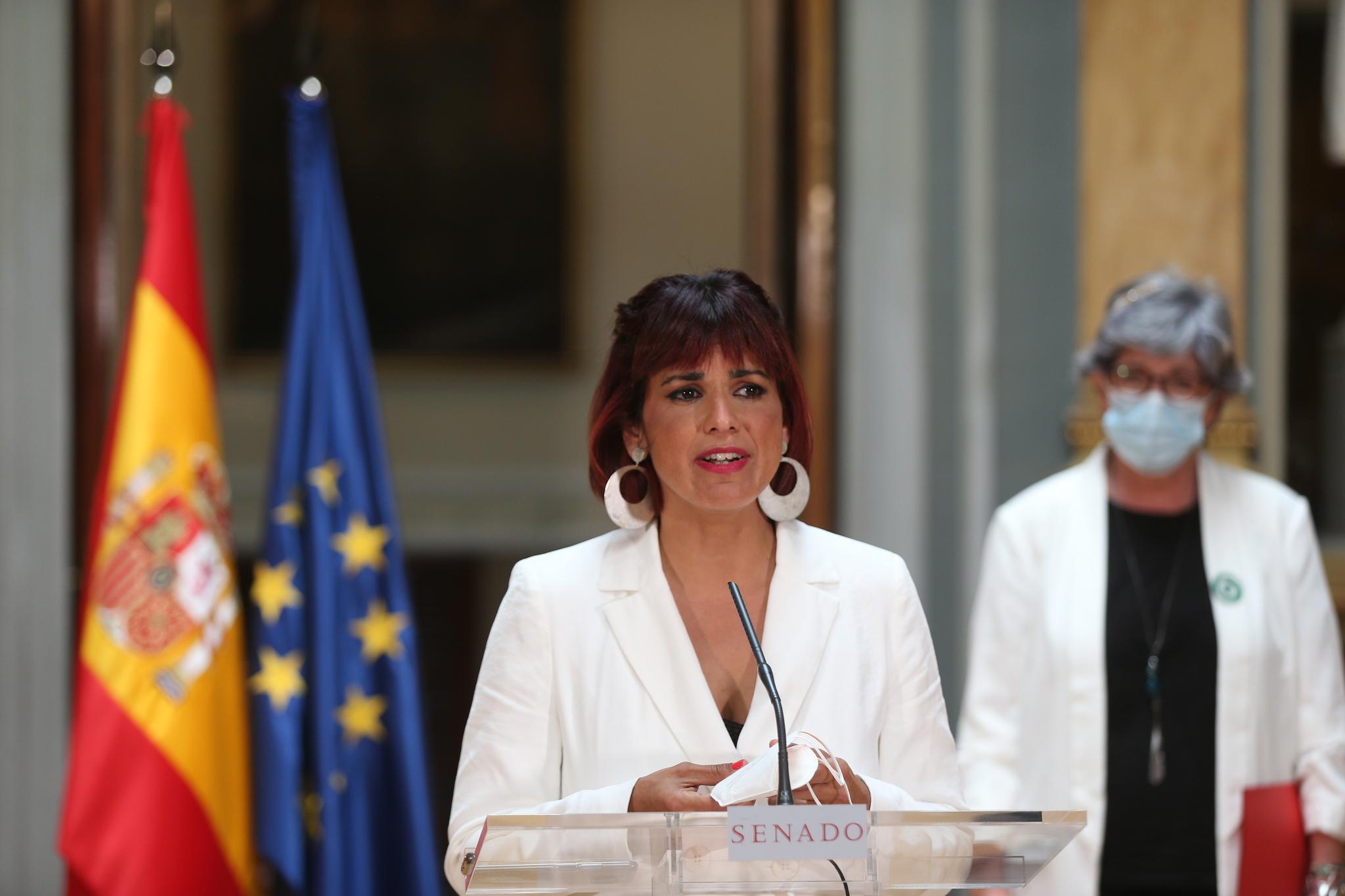 Teresa Rodríguez y la senadora Pilar González (a su espalda), este lunes en el Senado.