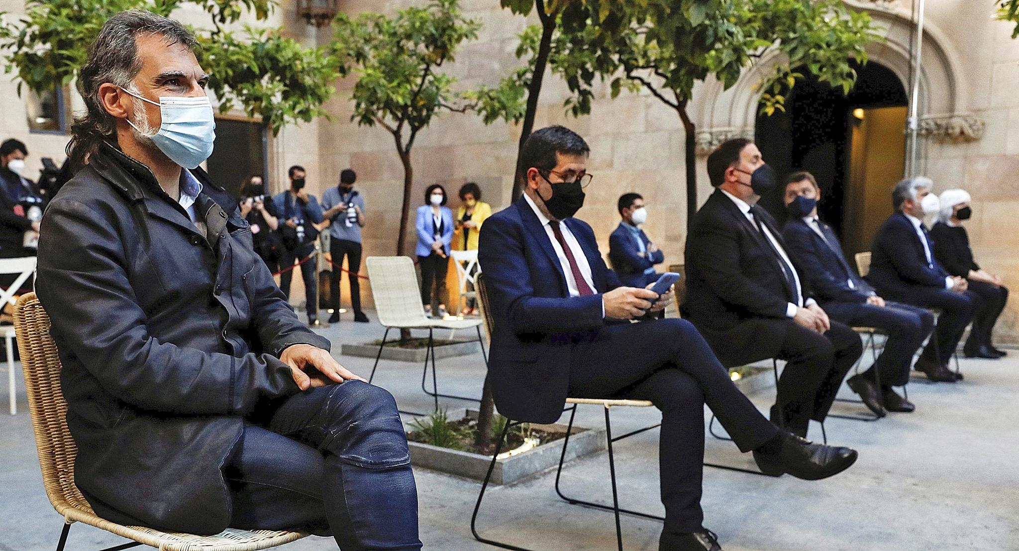 Cuixart, Sànchez y Junqueras, ayer, en la toma de posesión de Aragonès.