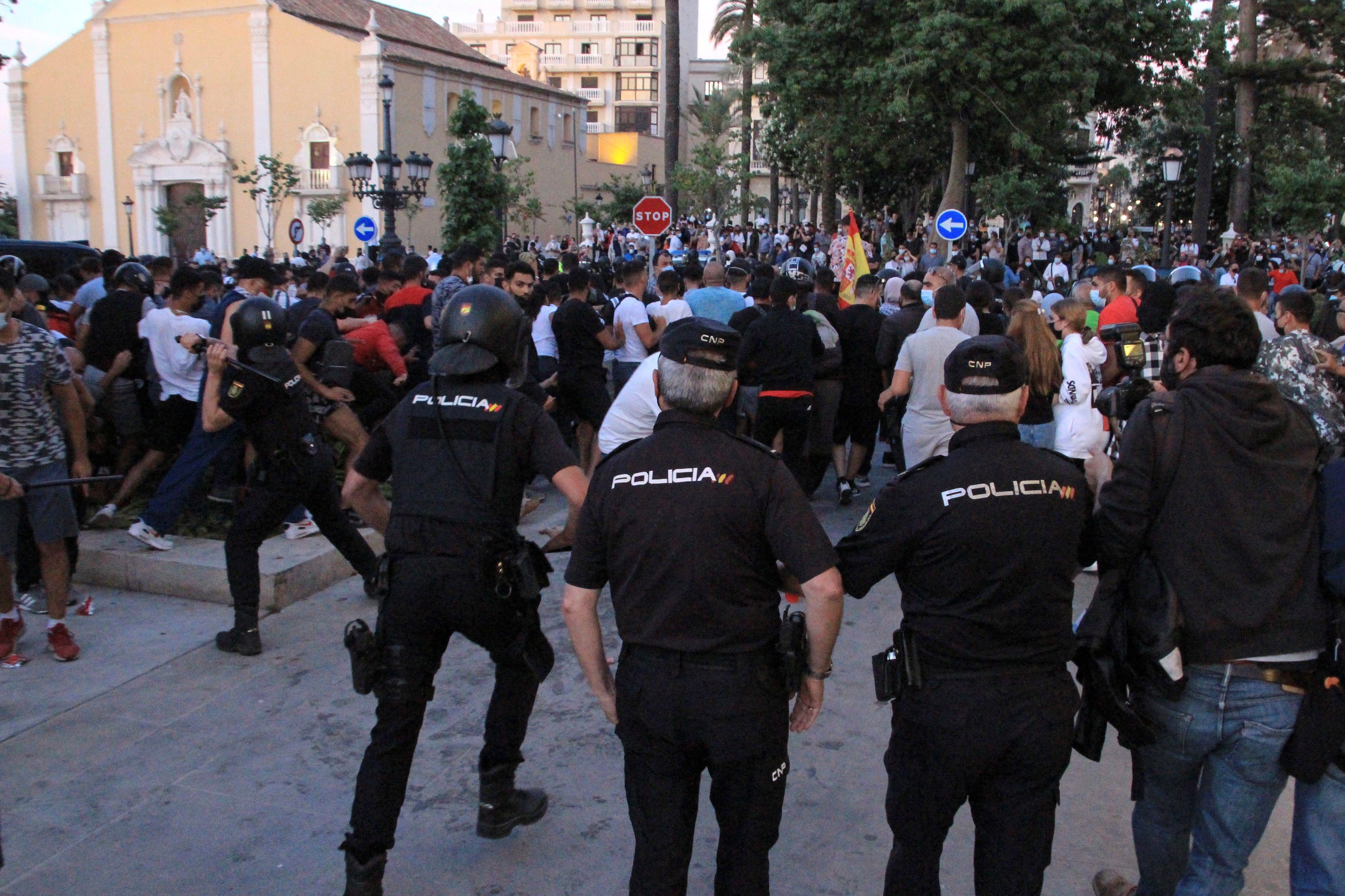 Agentes de la Policía cargan contra los boicoteadores.