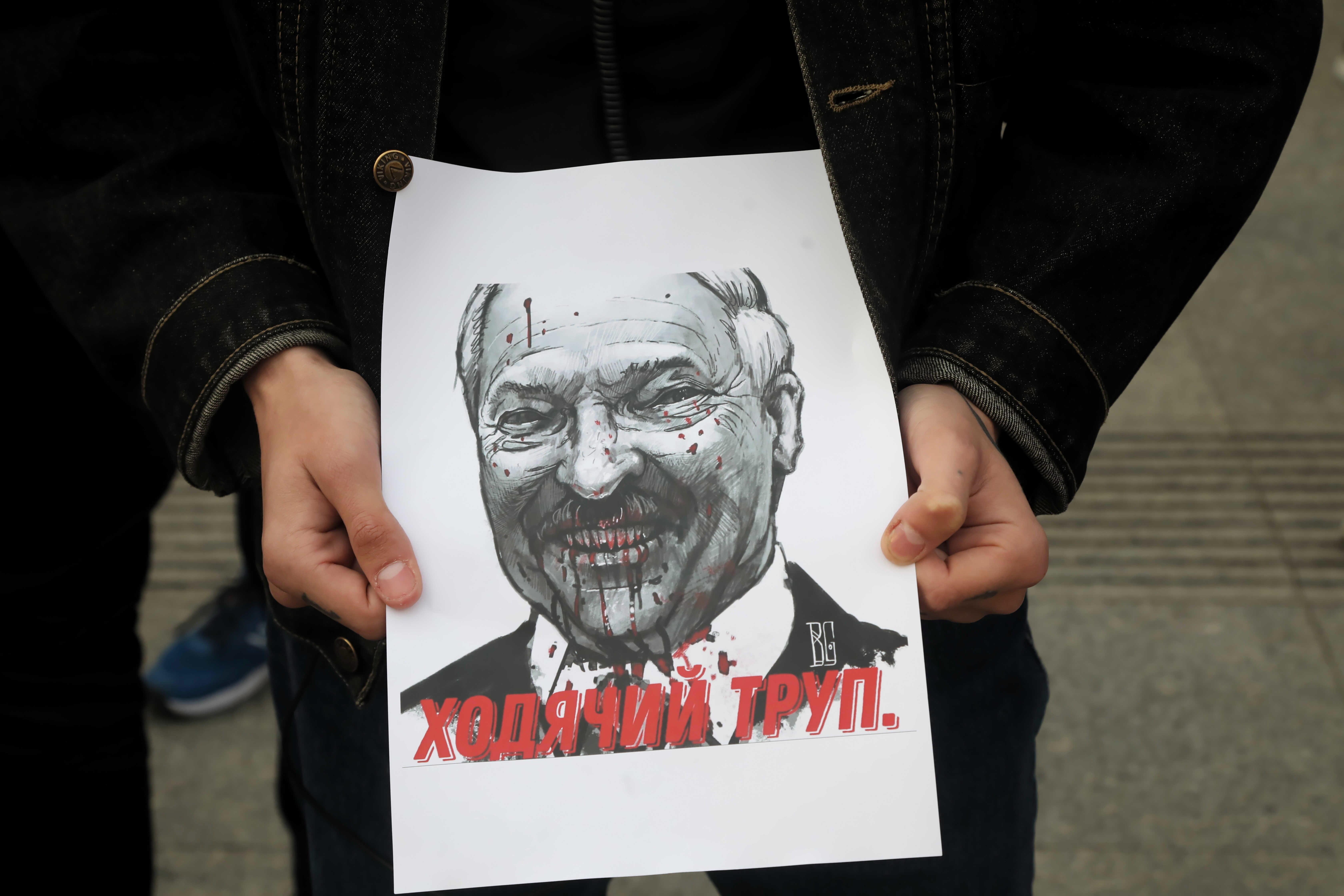 Caricatura de Lukashenko, en una concentración de apoyo al disidente detenido.