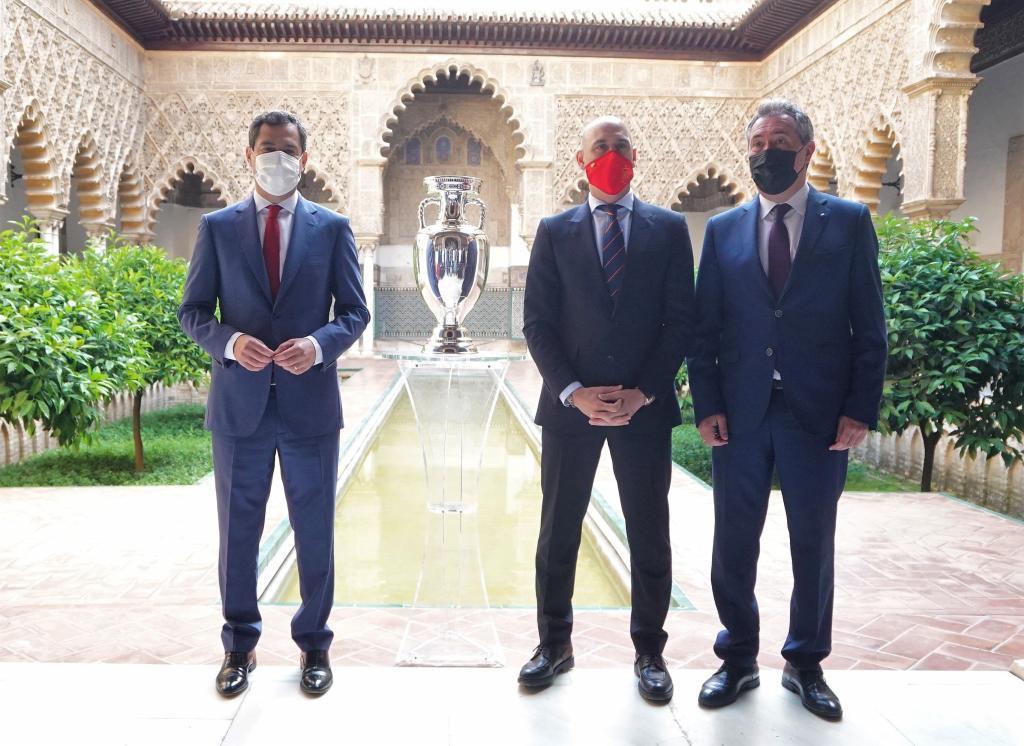 El presidente de la Junta, en la presentación de la Eurocopa, junto al alcalde de Sevilla, Juan Espadas (d), y el presidente de la RFEF, Luis Rubiales.