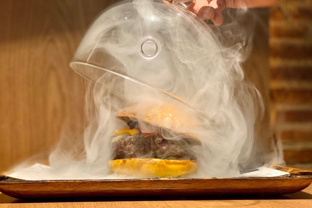 La hamburguesa ahumada de La Bistroteca sólo está disponible en el local de Espartinas.