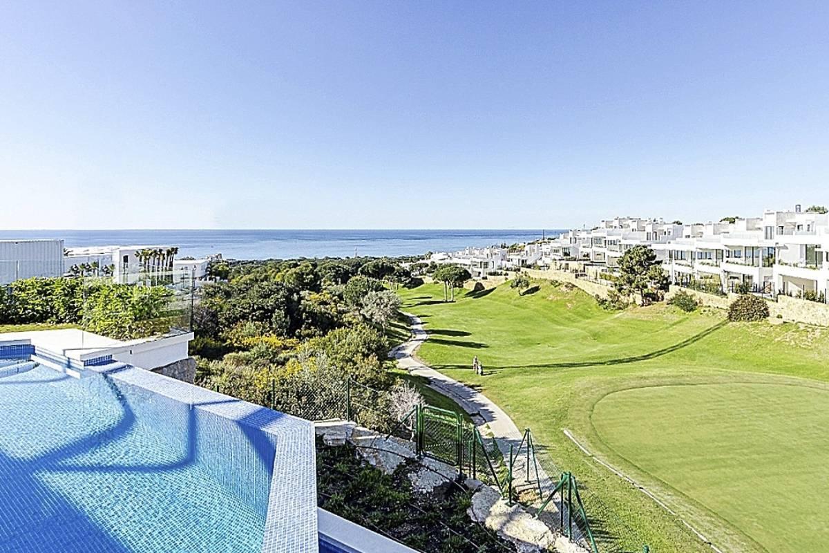 Gilmar comercializa la promoción 'El mirador de Cabopino', situada en Marbella y compuesta por villas de lujo que cuentan con vistas al mar y a un campo de golf