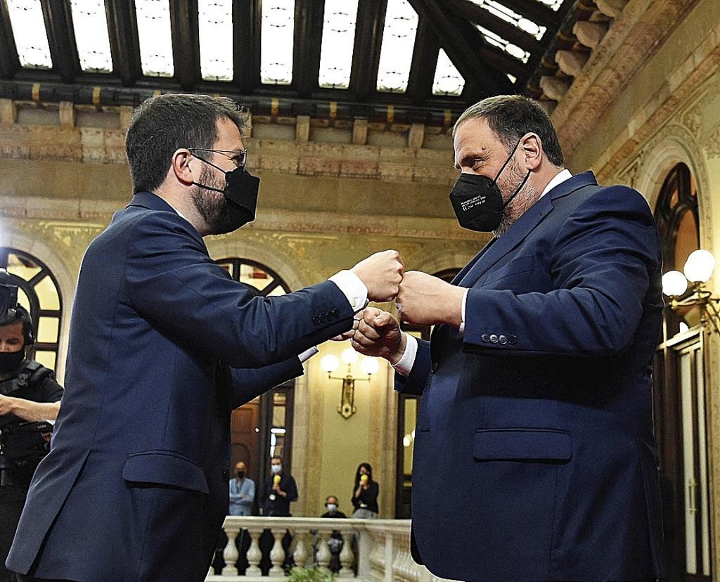 Oriol Junqueras saluda a Pere Aragonès en su toma de posesión.