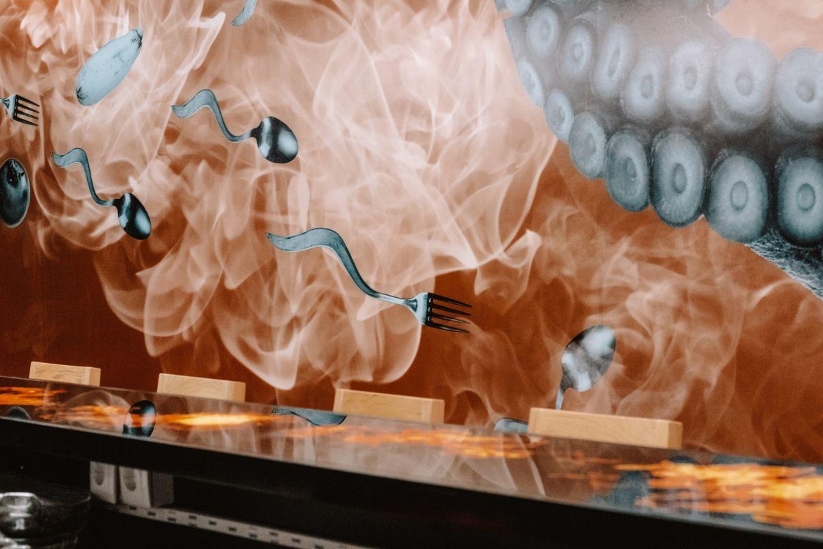 En los murales, cucharas y tenedores se convierten en espermatozoides.