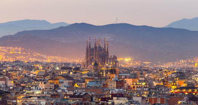La Sagrada Familia destaca sobre la ciudad de Barcelona.