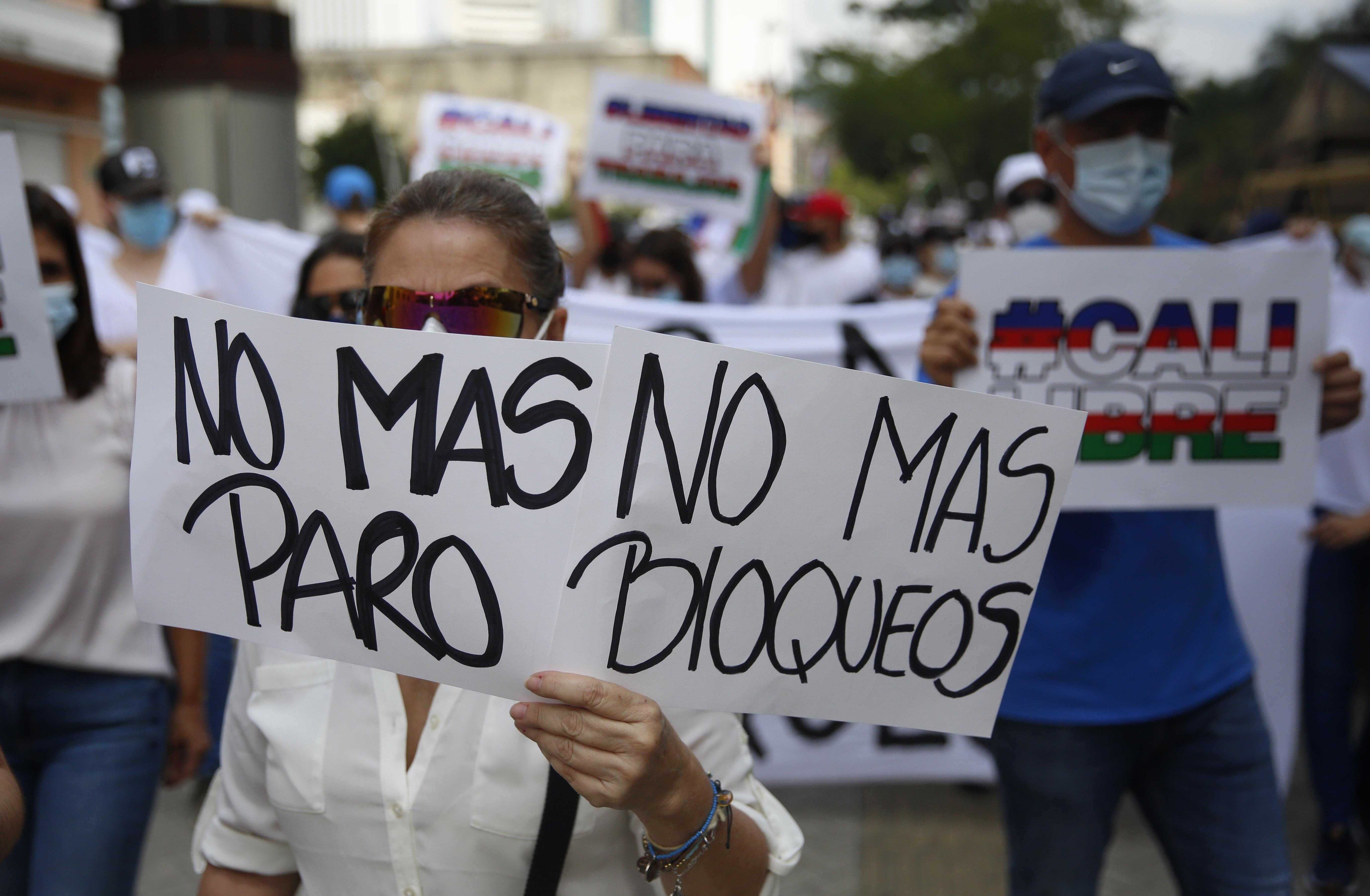 Manifestantes piden que cesen los bloqueos y los actos vandálicos, en Cali.