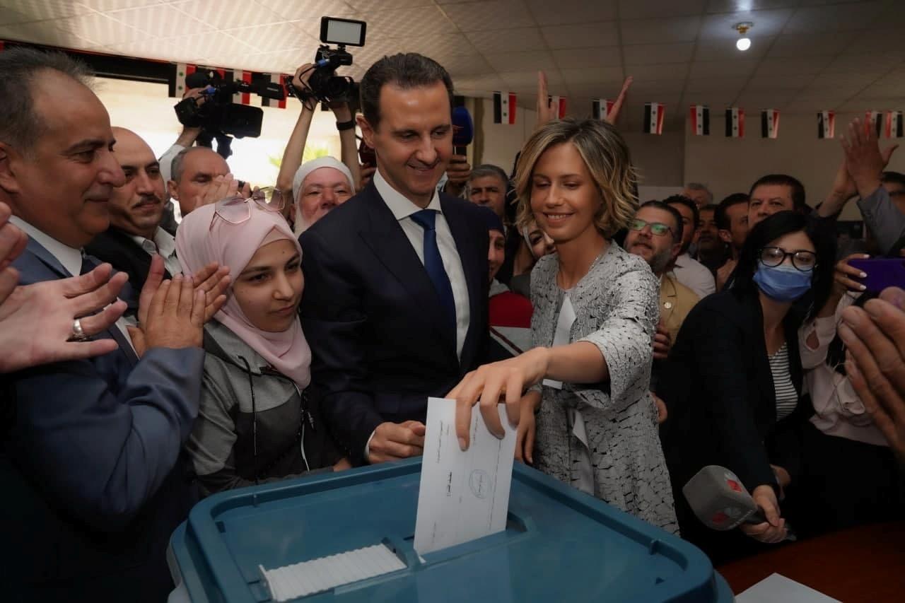 Asma, esposa del presidente sirio Bashar Asad, vota en Duma.