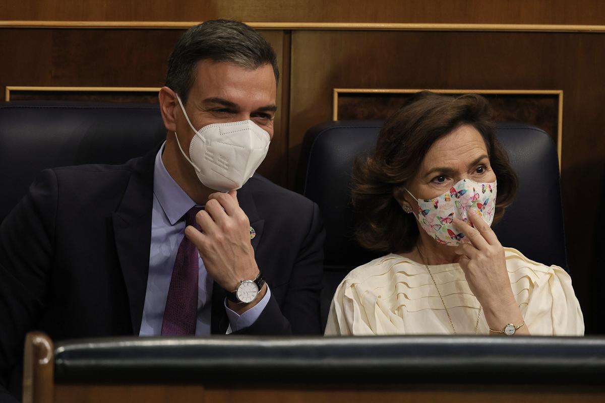 Pedro Sánchez y Carmen Calvo, en la sesión de control de este miércoles.