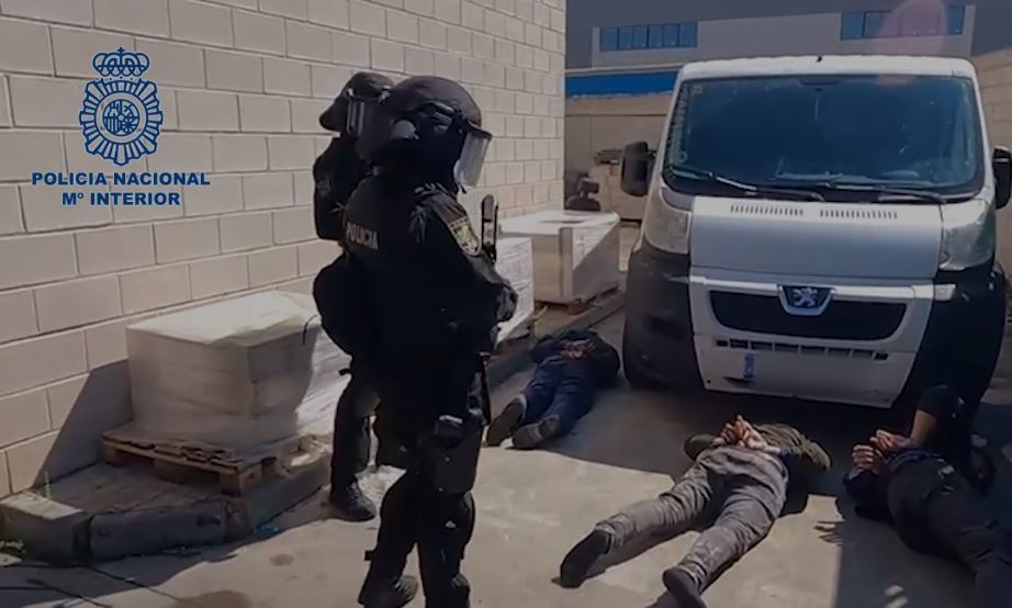 Agentes de la Policía Nacional durante la intervención