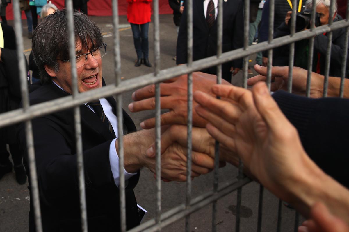 Puigdemont saluda a simpatizantes en el mitin celebrado en Perpignan en 2020.
