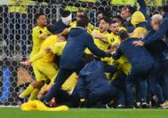 Los jugadores del Villarreal celebran la victoria en la final.