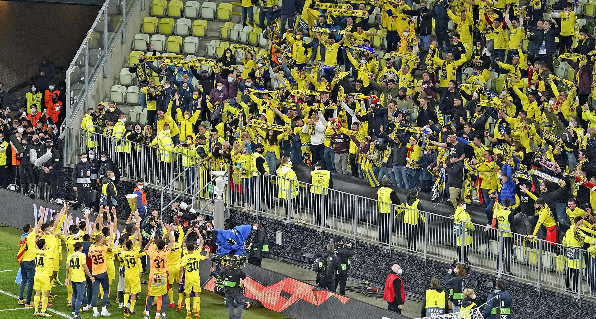 Los jugadores del Villarreal celebran el título con su afición, ayer, en el Arena Gdansk .