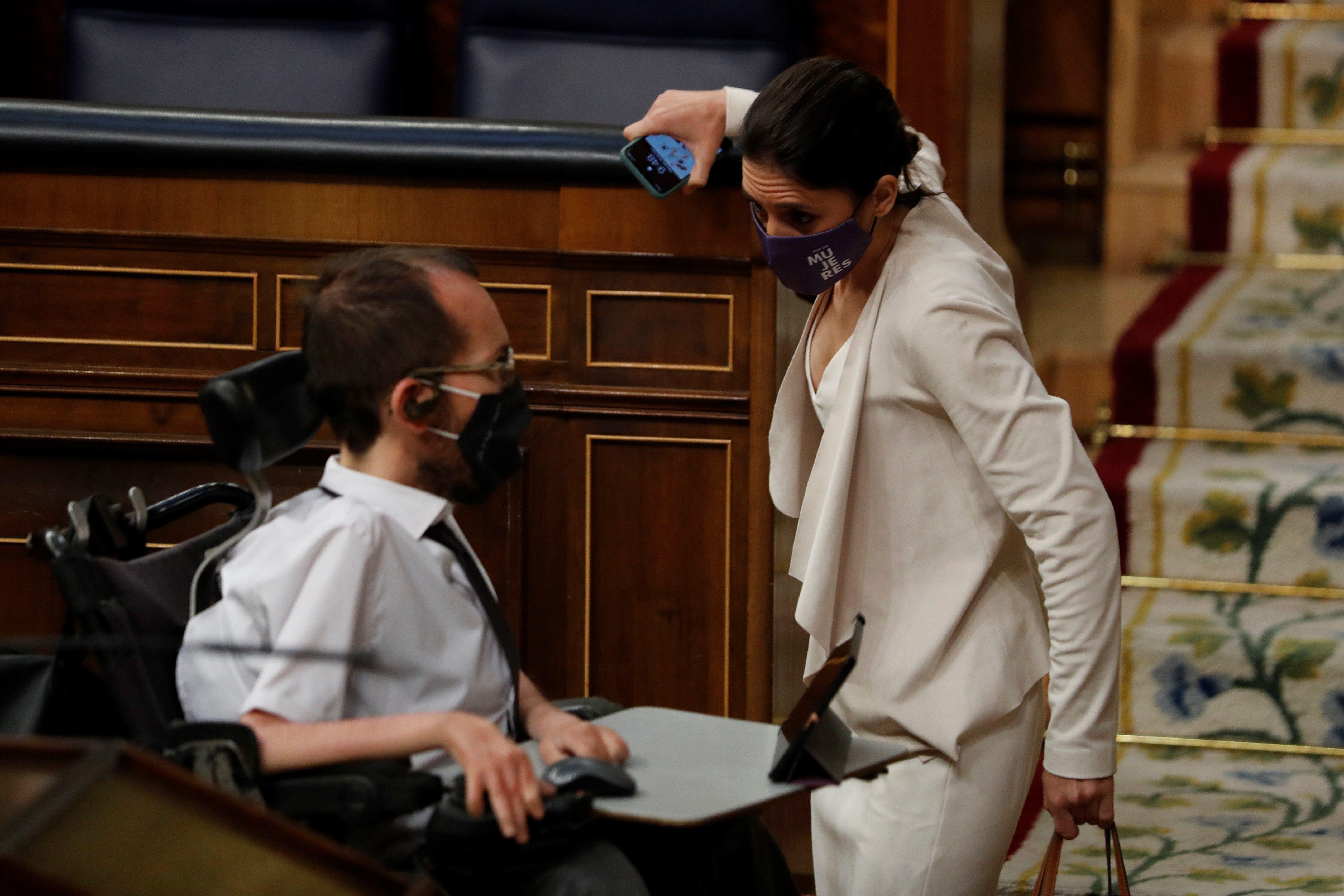 La ministra Irene Montero y Pablo Echenique, ayer, en el Congreso.