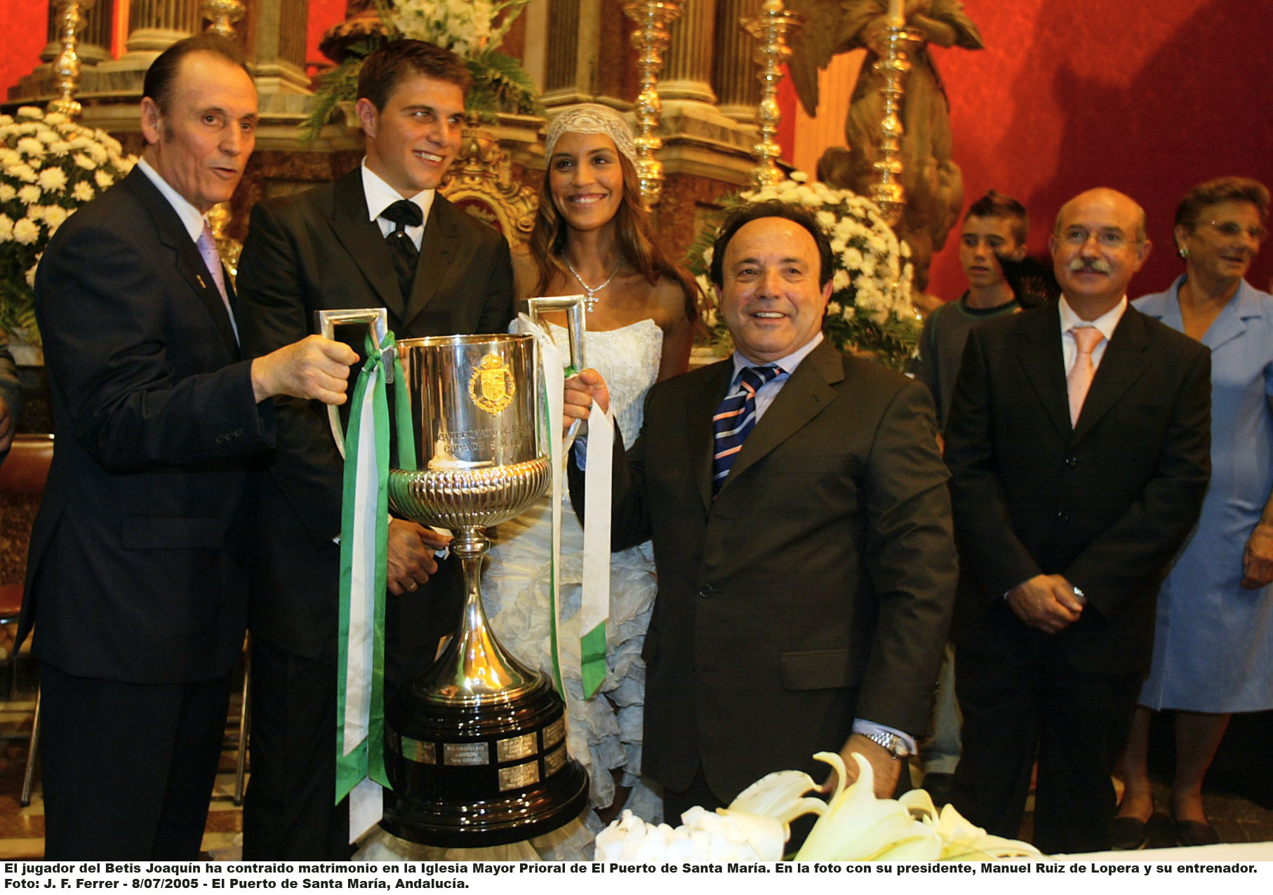Joaquín y Susana Saborido junto a la Copa del Rey el día de su boda, en 2005.