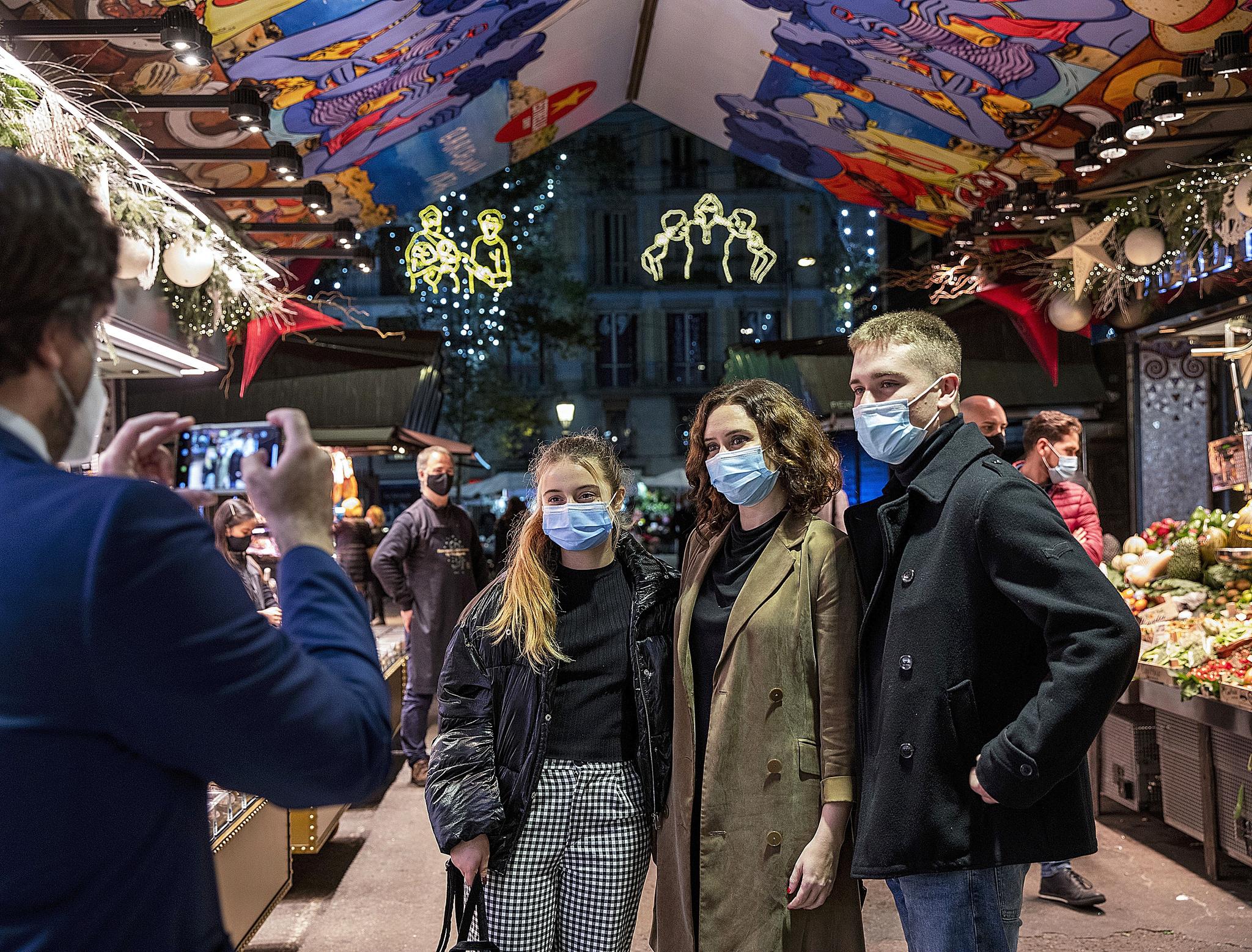 La presidenta se hace una foto junto a dos jóvenes en el mercado de la Boquería en noviembre de 2020.