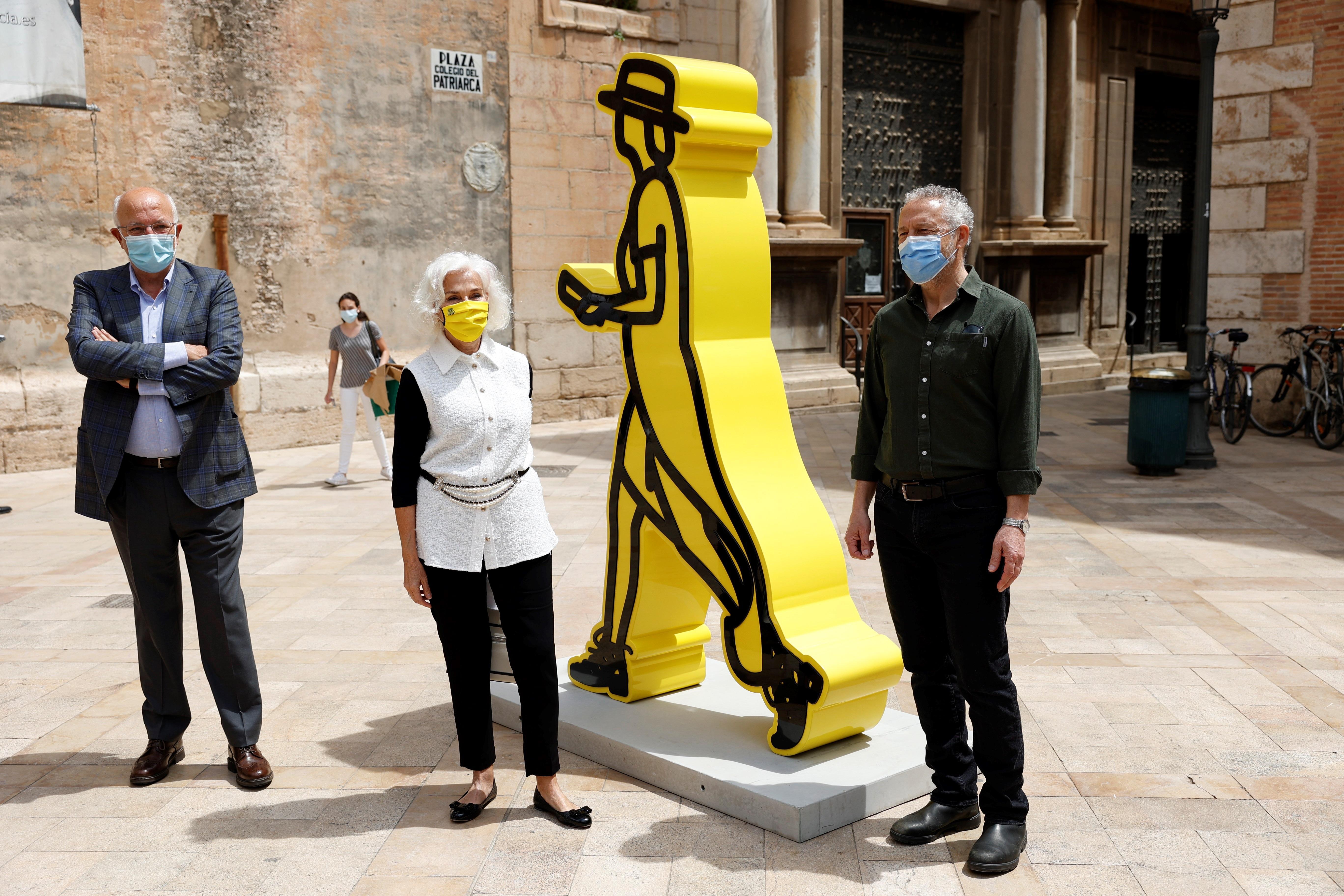 El artista británico Julian Opie, junto a Hortensia Herrero y Juan Roig.