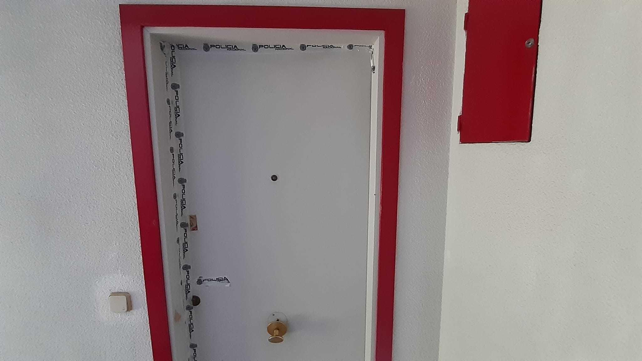 La puerta de la vivienda de la anciana precintada por la Policía