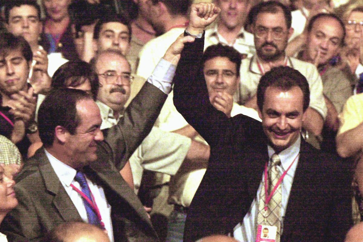 Bono celebra la victoria de su rival, Zapatero, en el 35 Congreso Federal del PSOE.