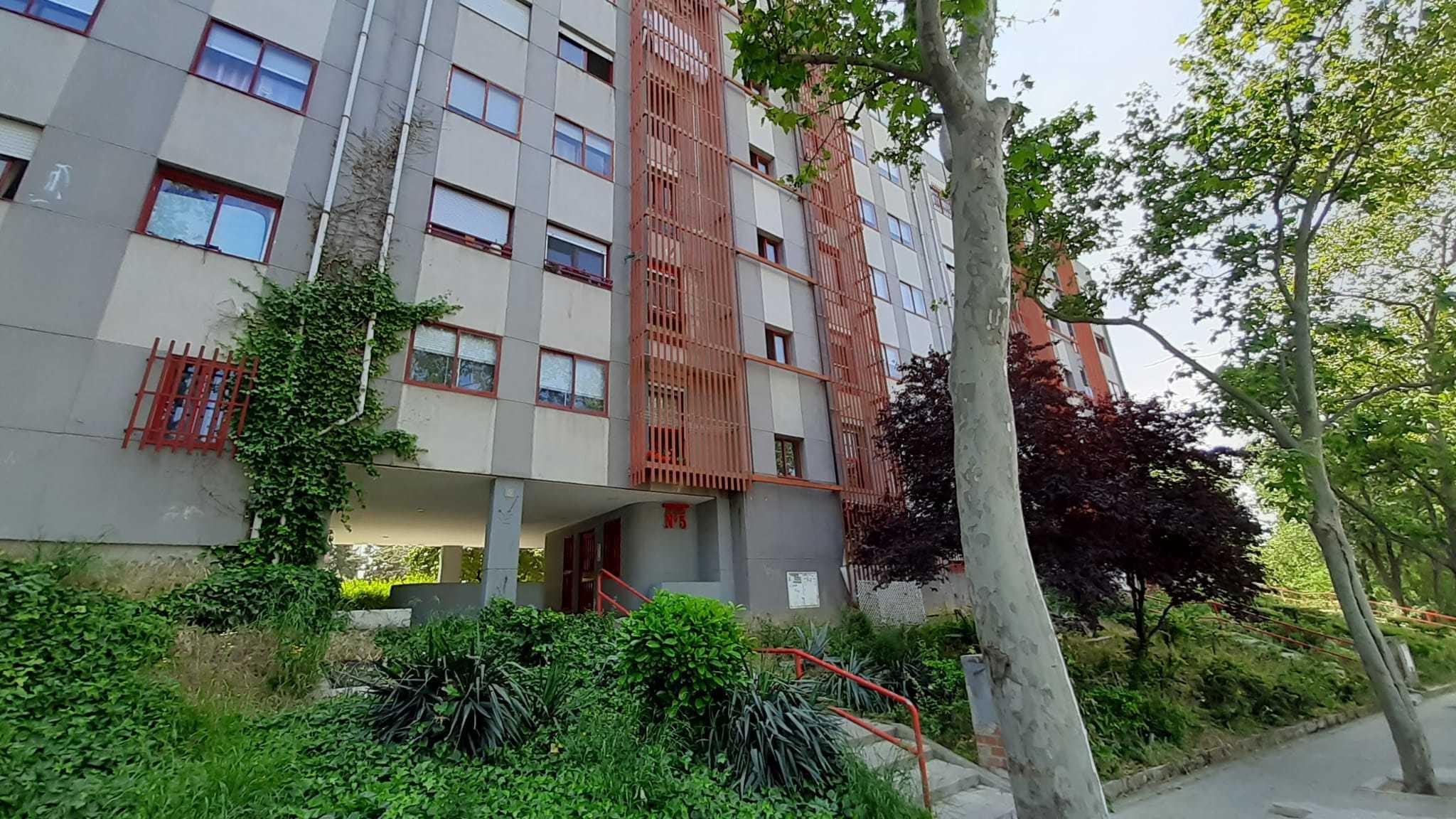 Fachada del edificio donde fue hallado el cadáver de la mujer.
