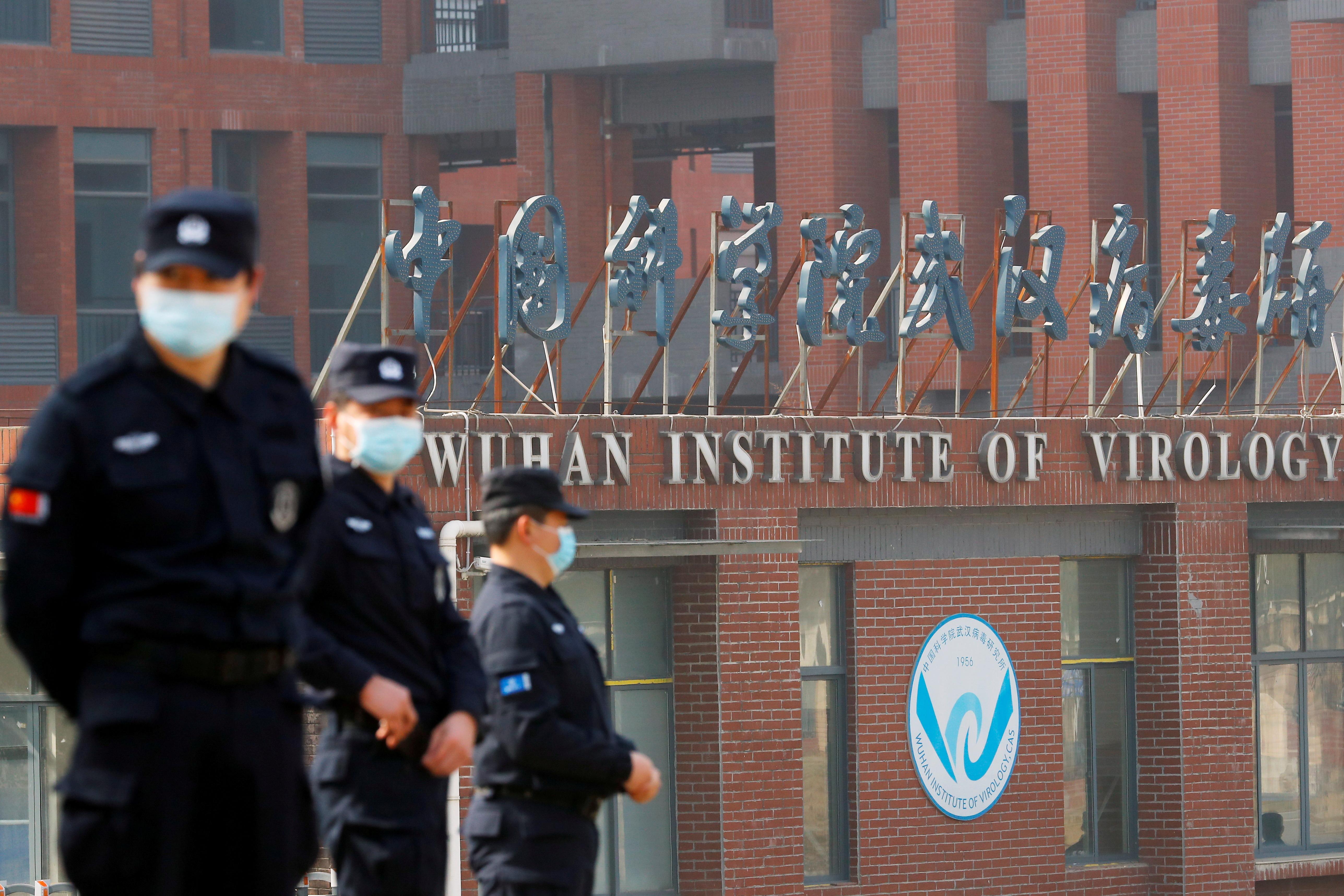 Personal de seguridad frente al Insituto de Virología de Wuhan.