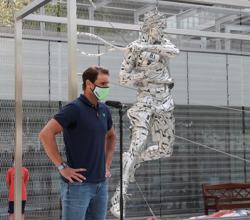Rafa Nadal, junto a su escultura en Roland Garros.