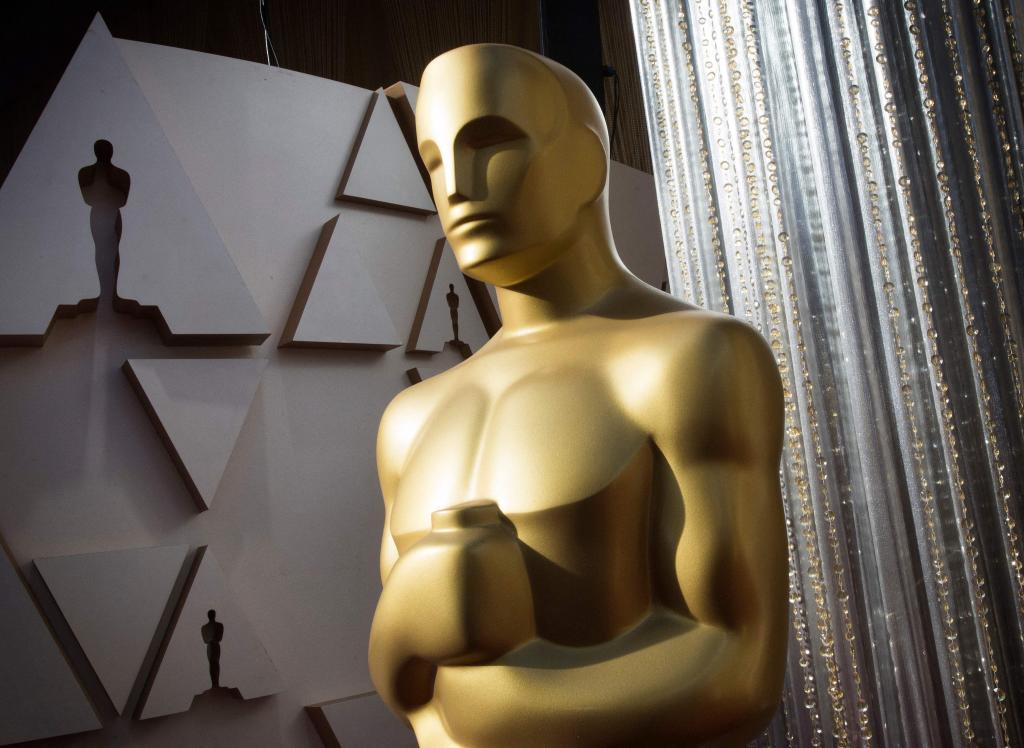 Una reproducción de la estatuilla de los Oscar en la alfombra roja del Dolby Theatre en Hollywood.