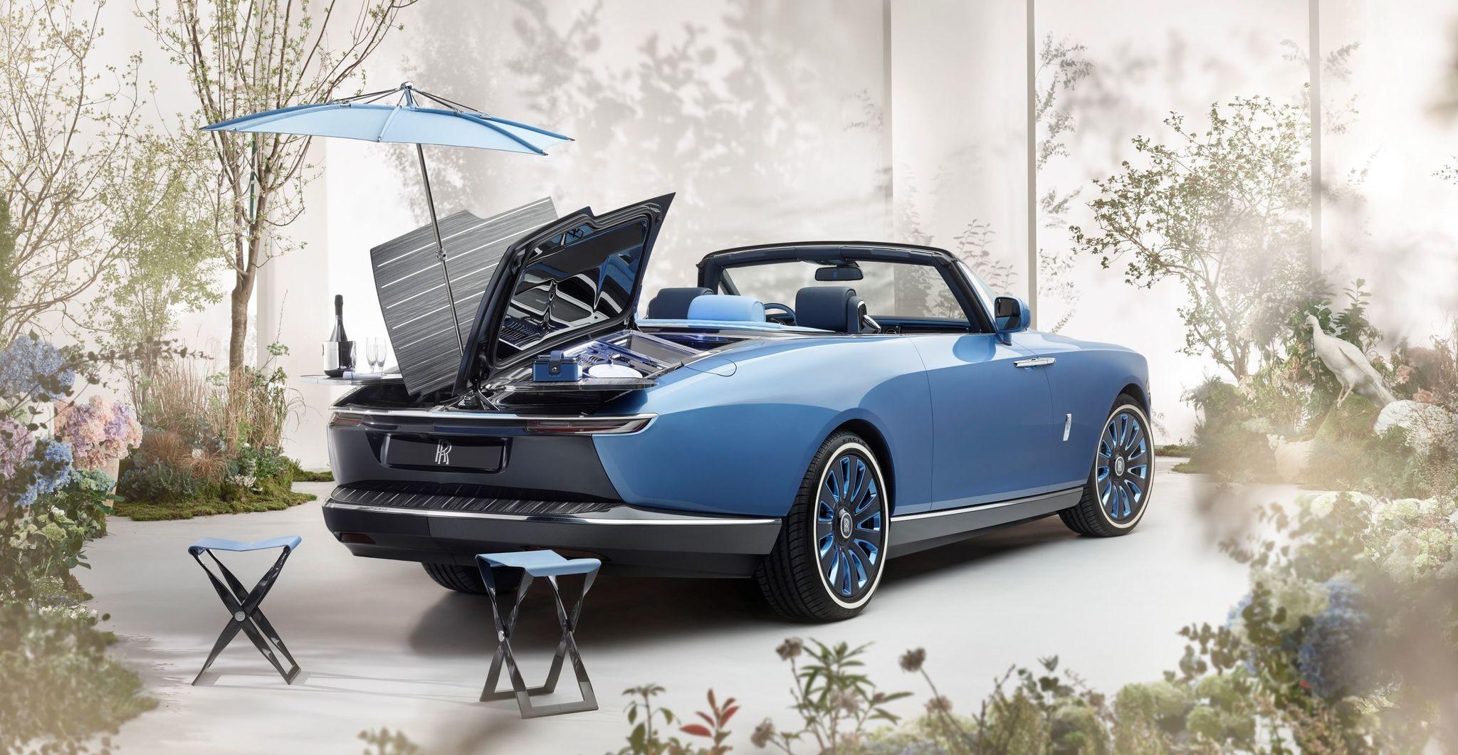 Madera, mesas de picnic, taburetes, sombrilla, refrigeradores... Todo cabe en un Rolls Royce de 5,8 metros de largo.