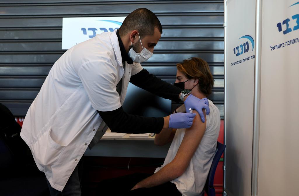 Vacunación de un adolescente en Israel