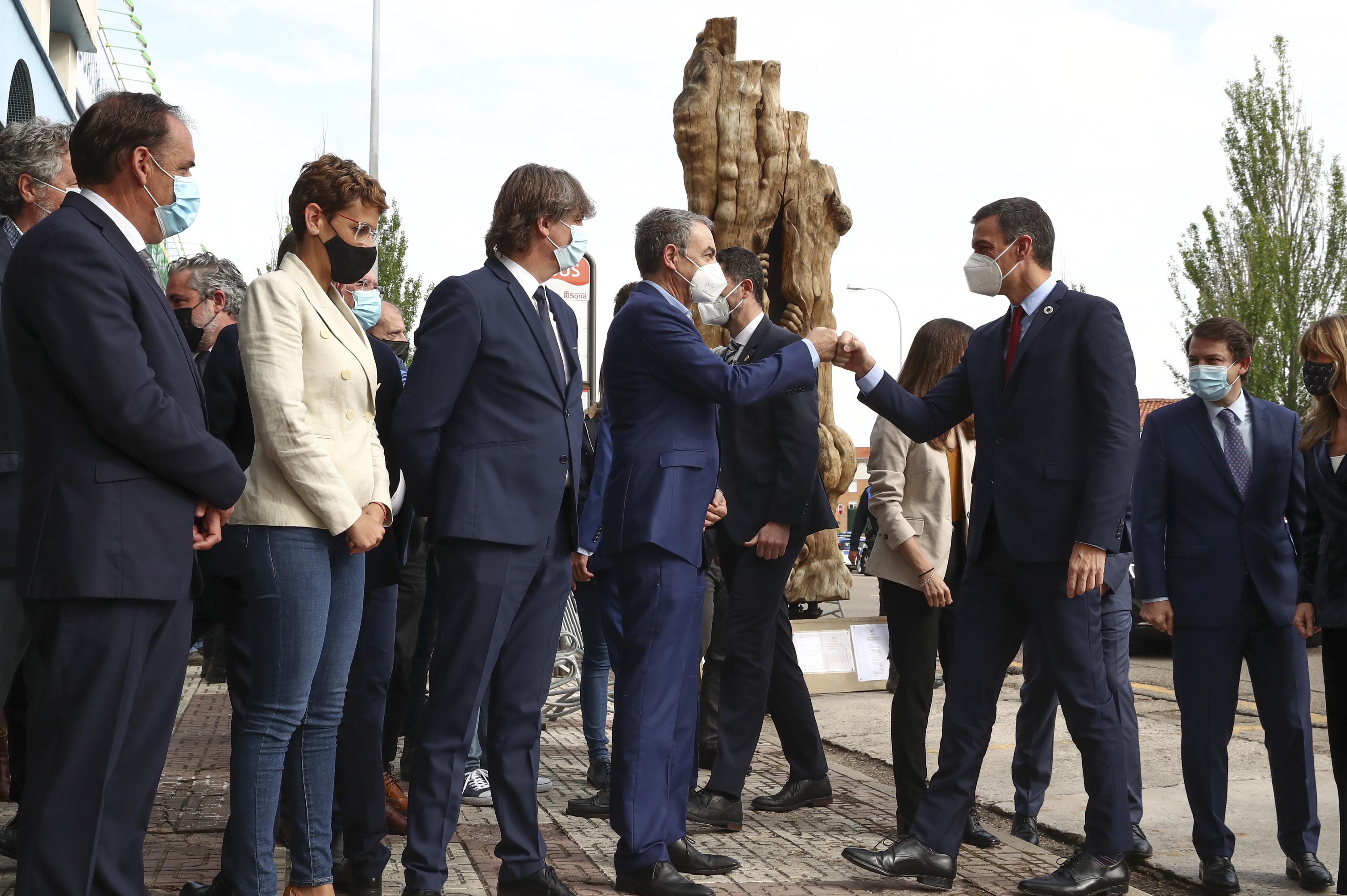 Sánchez saluda a Zapatero y otras autoridades a su llegada a la cumbre en Soria.