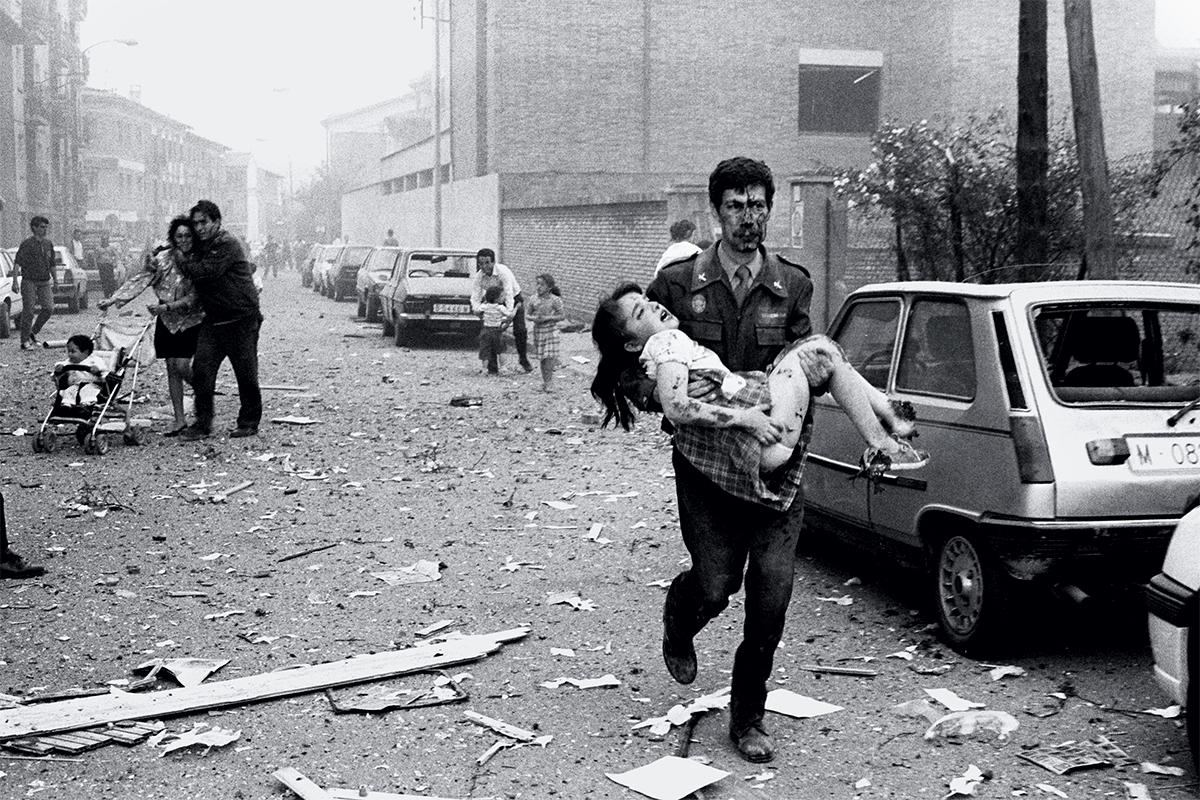Víctimas del atentado de Vic, momentos después de la explosión.
