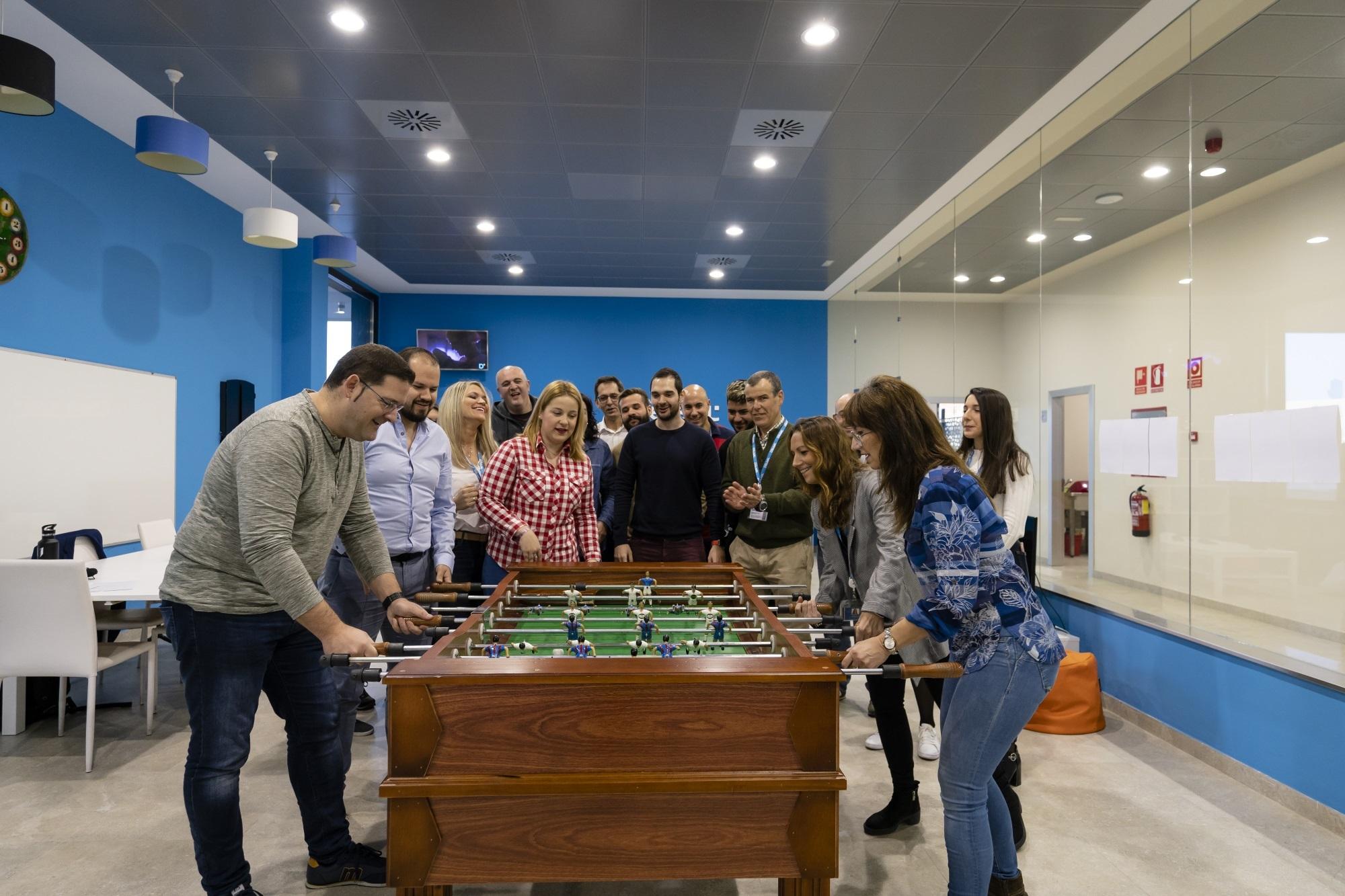 Trabajadores de Software Delsol, antes de la pandemia, en una de las salas de ocio de la empresa.