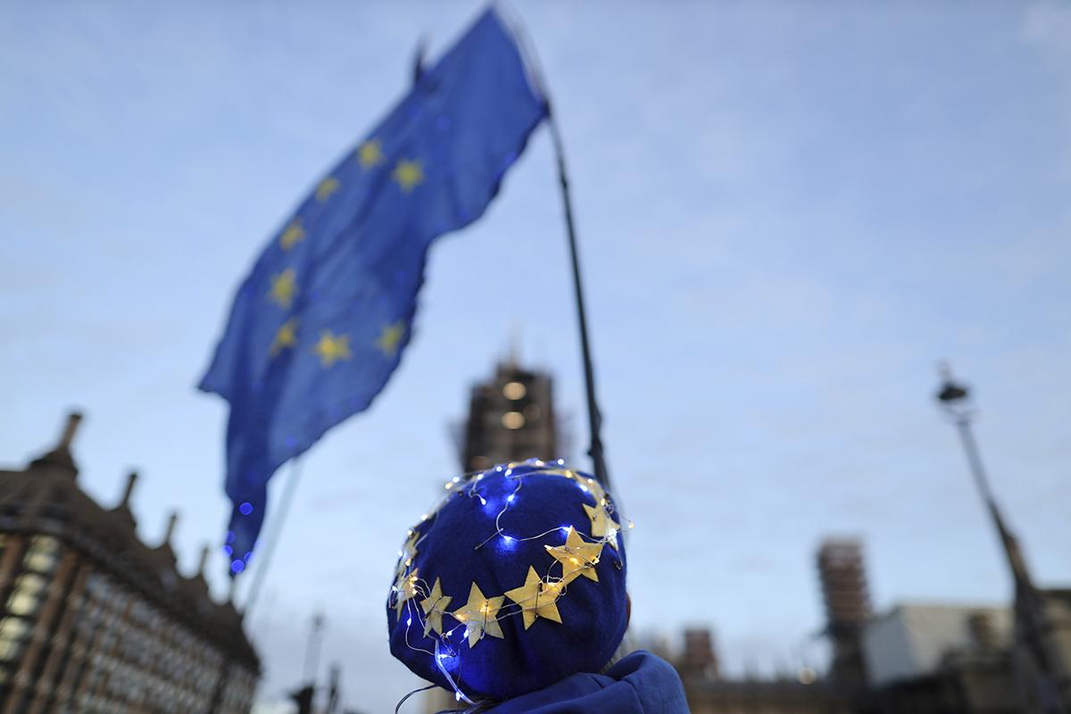 Un hombre sujeta la bandera de la UE.