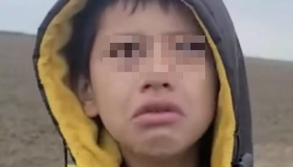 El niño Wilto en un fotograma del video que se hizo viral, cuando fue encontrado.