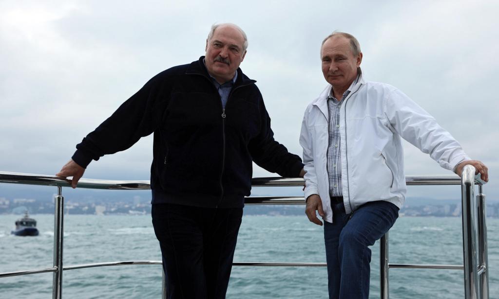 Lukashenko y Putin, hoy, en un barco en el Mar Negro.