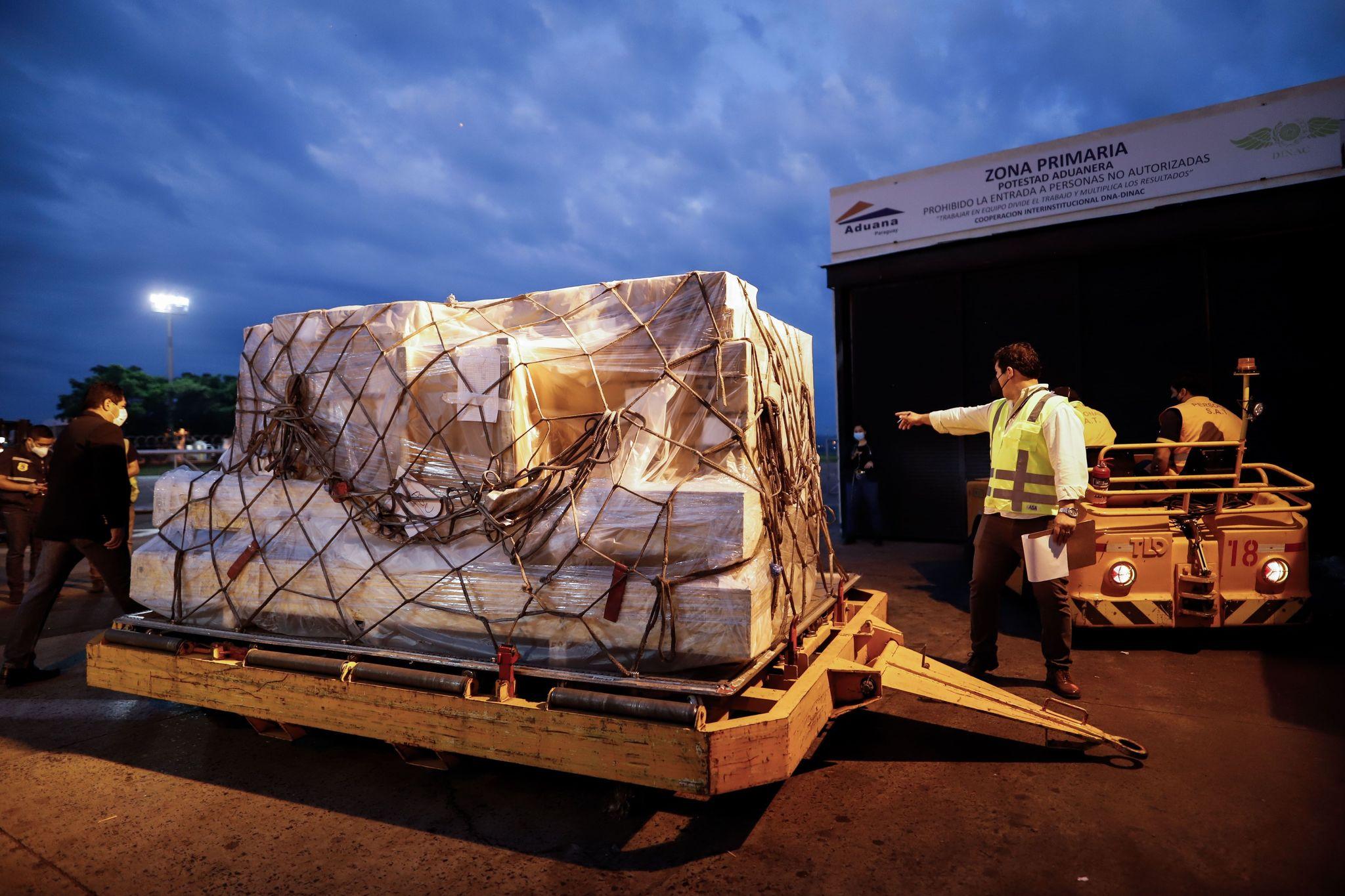 Traslado de medicamentos en el aeropuerto de Luque (Paraguay).