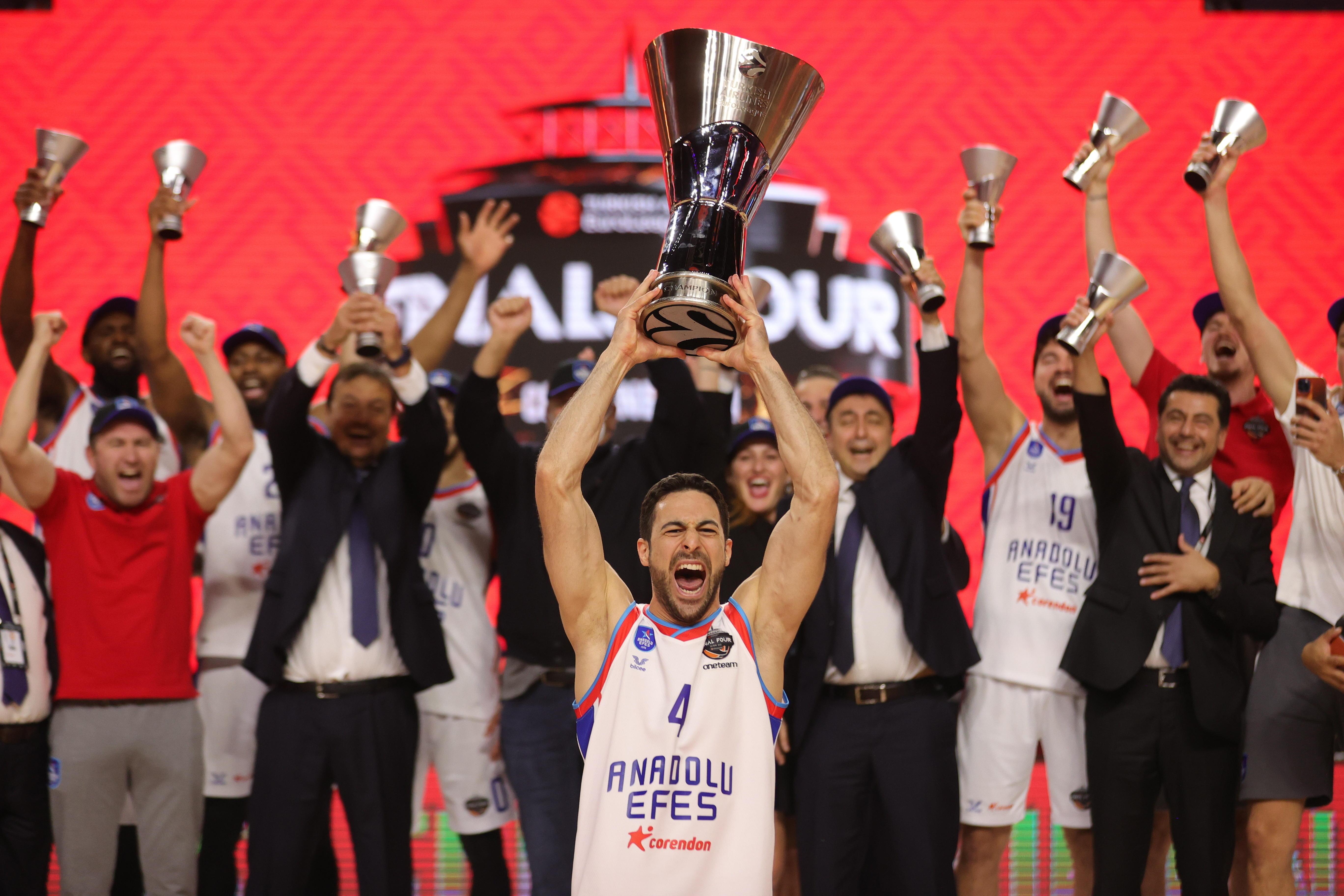 Micic, con el trofeo que acredita al Anadolu Efes como campeón de la Euroliga.