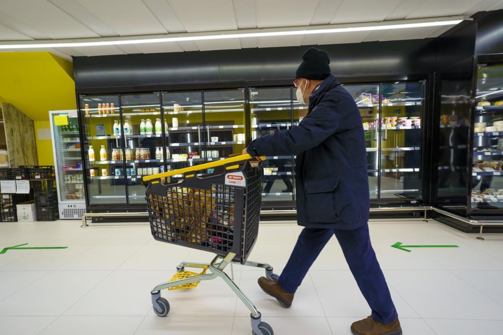 Un hombre hace la compra en un supermercado.