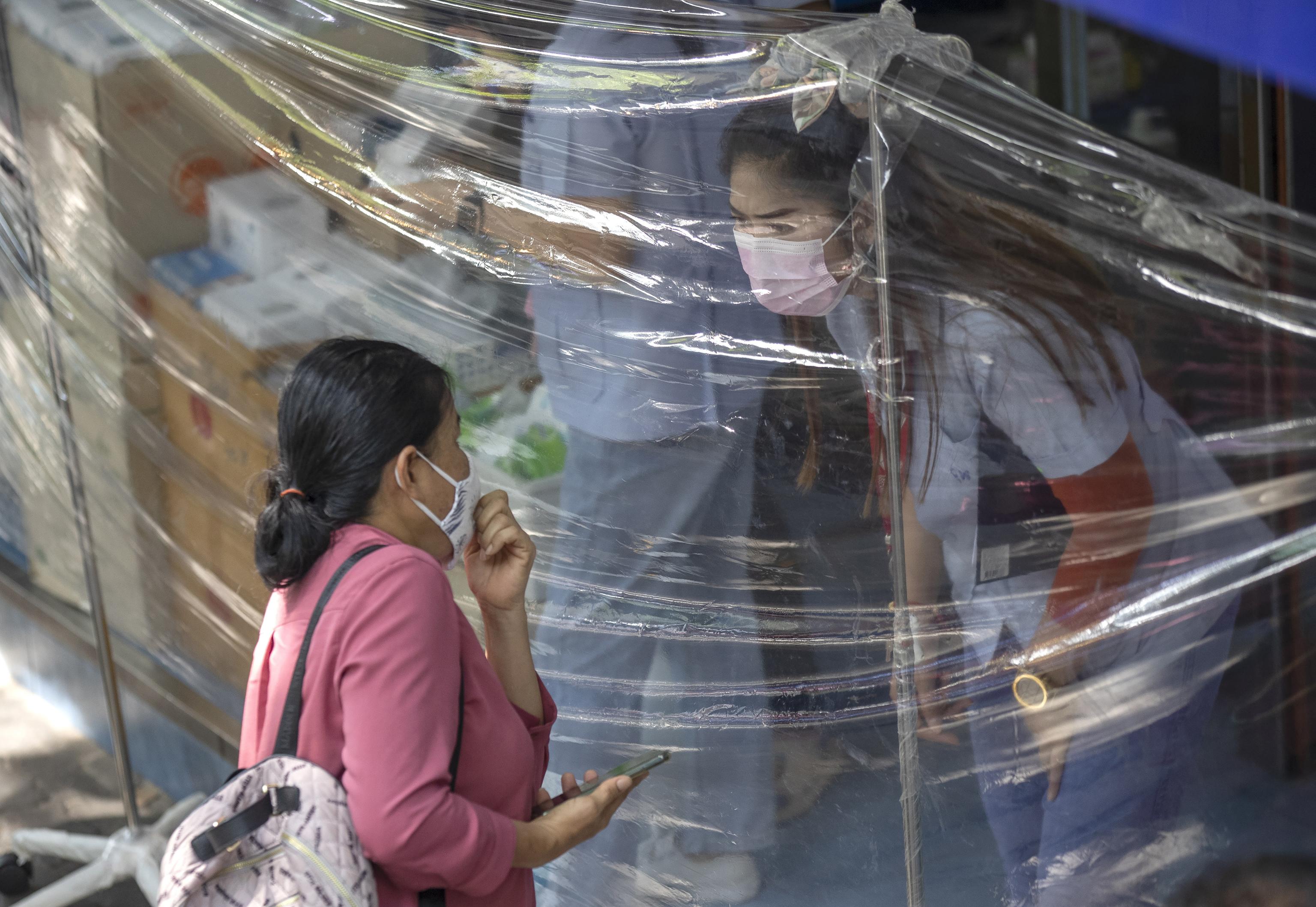 اقدامات علیه کوید در فروشگاهی در بانکوک.