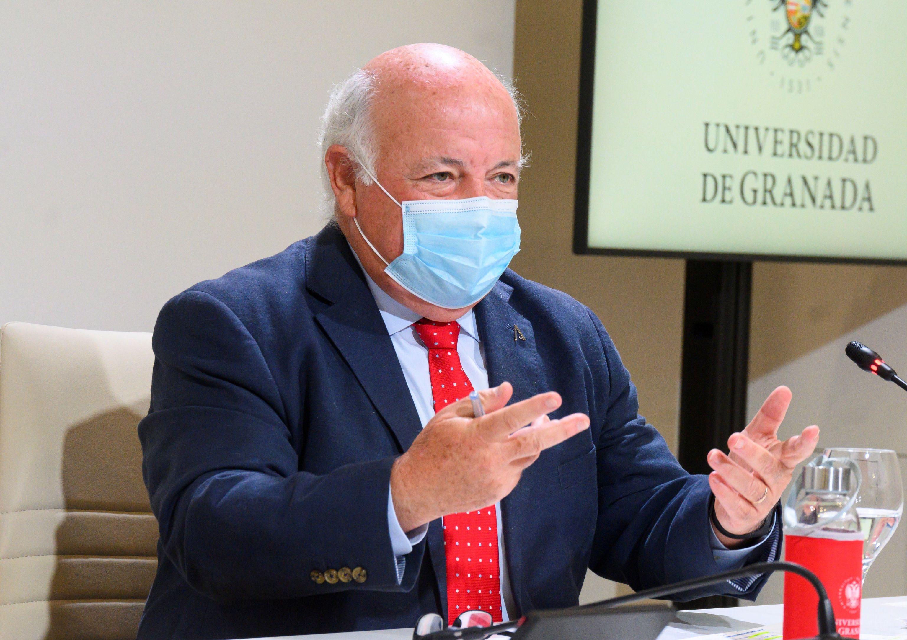 El consejero de Salud, Jesús Aguirre, este lunes en Granada.